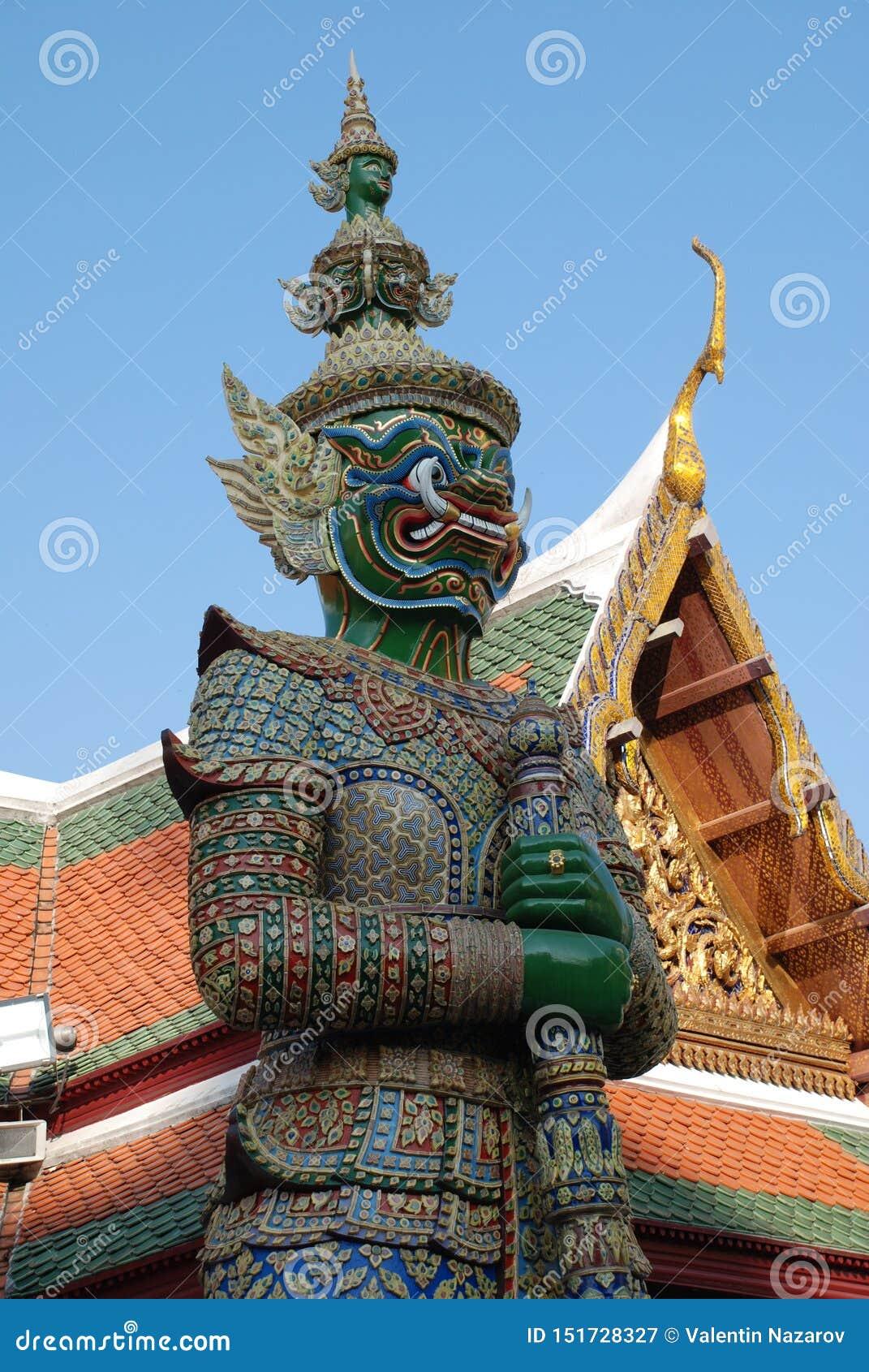 曼谷,泰国- 12 25 2012年:美丽的多彩多姿的雕塑和纪念碑在佛教寺庙