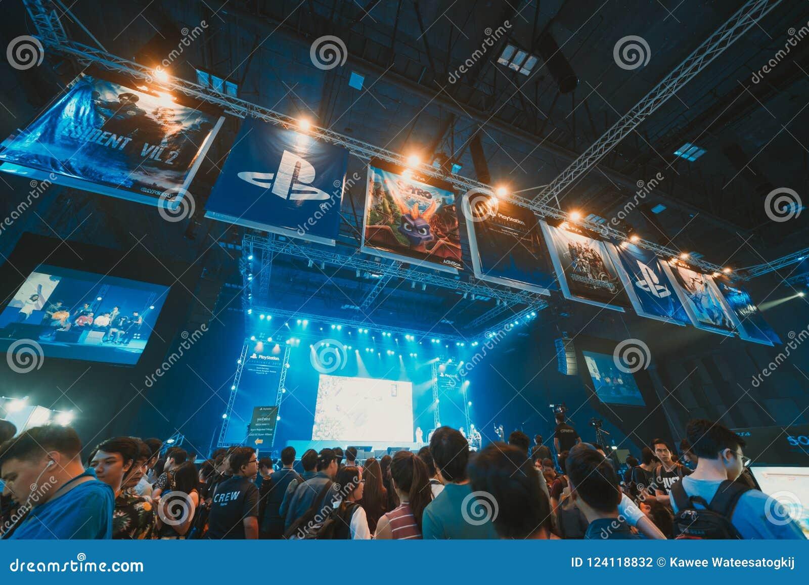 曼谷,泰国- 2018年8月18日:出席阶段PlayStation经验海东南亚的展示事件游戏玩家人群2018年