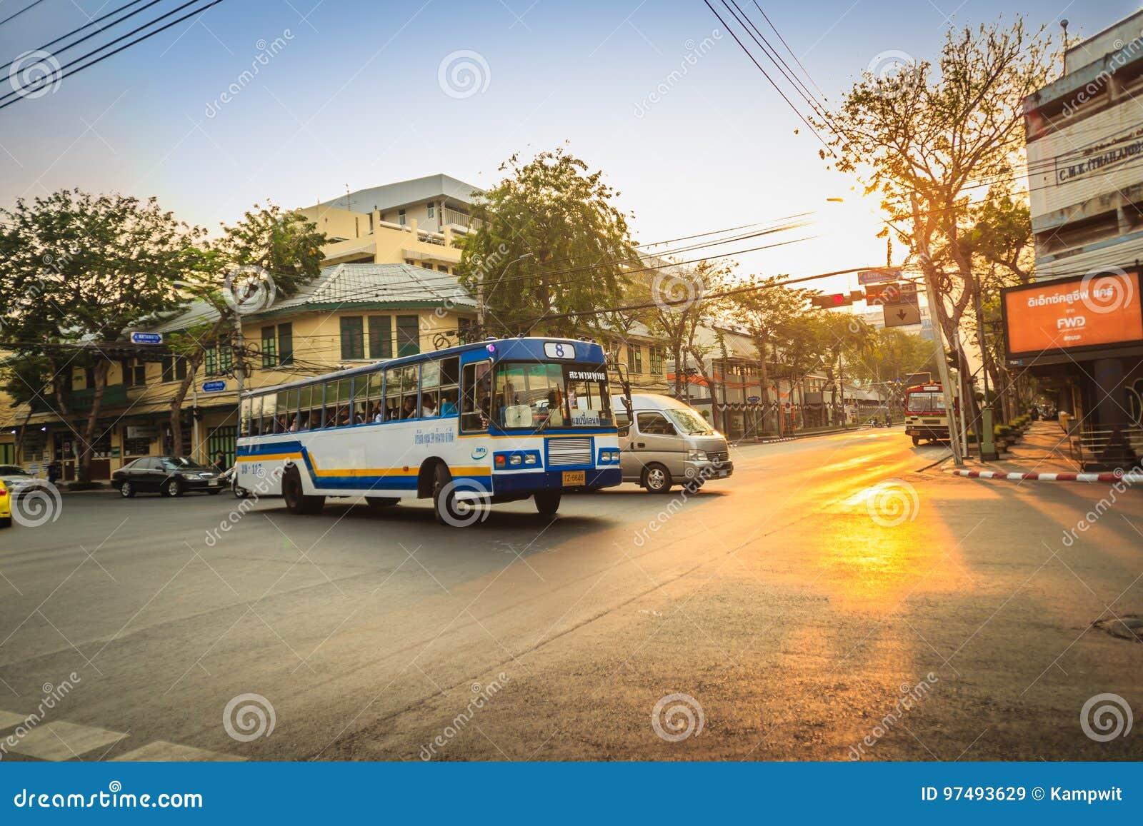 曼谷,泰国- 2017年3月2日:局部总线和汽车在traffi