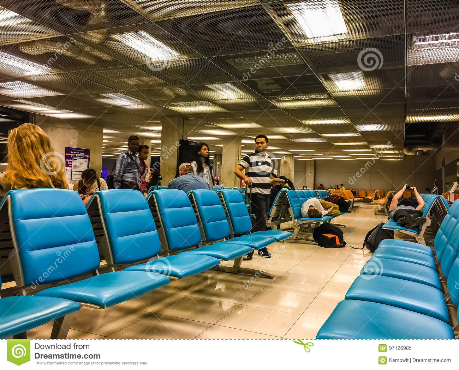 曼谷,泰国- 2017年2月21日:未认出的疲乏的passeng