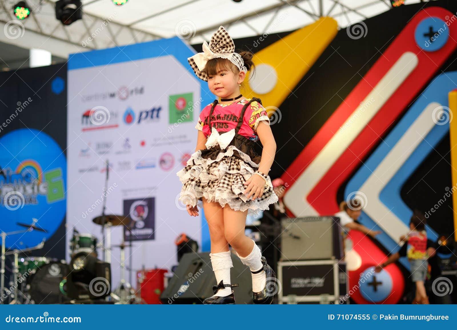 曼谷,泰国- 5月8 :孩子模型步行泰国的跑道