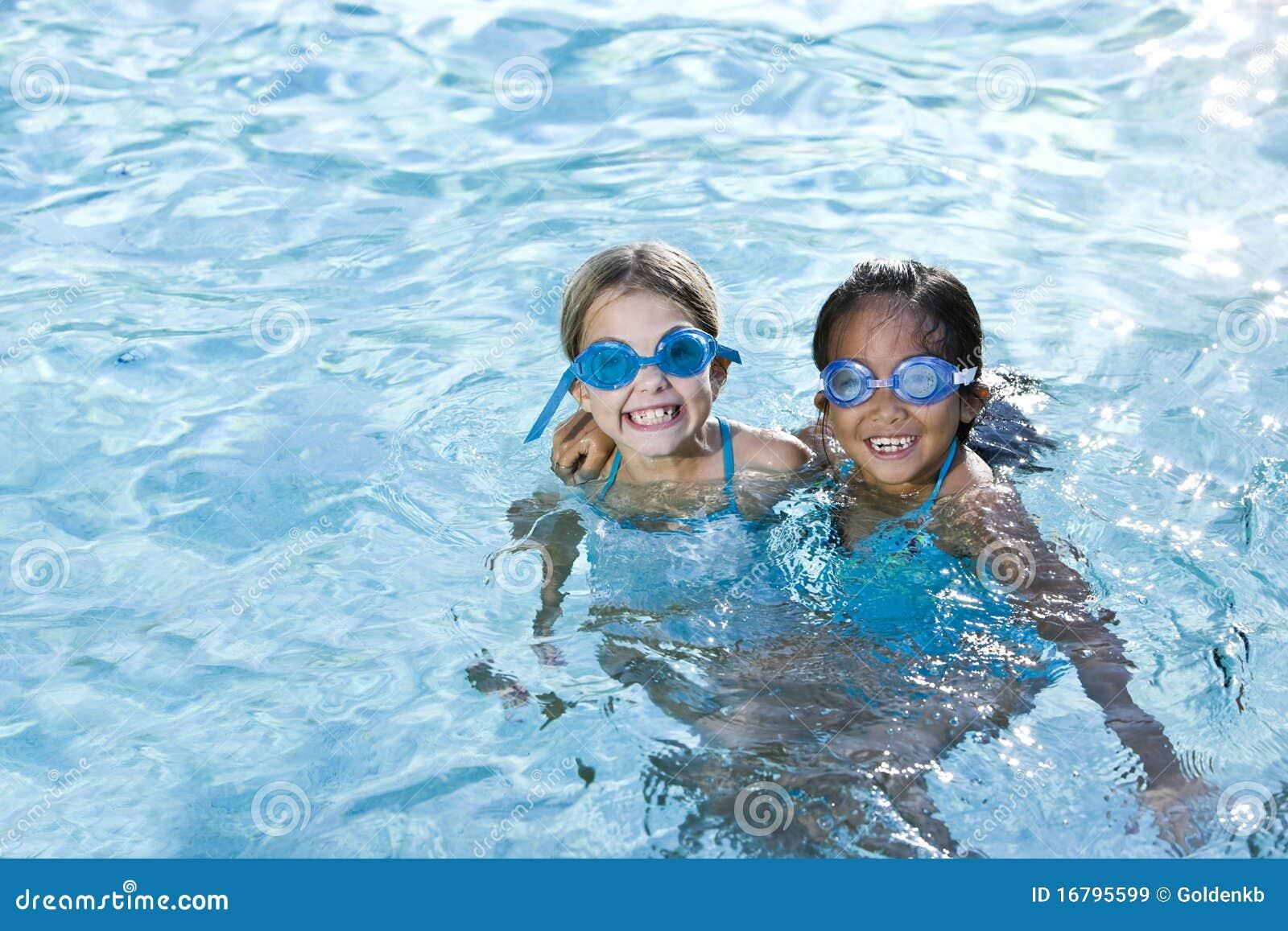 最好的朋友女孩合并微笑的游泳