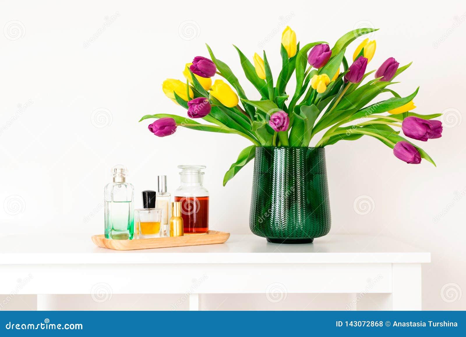 最小的构成,斯堪的纳维亚北欧hygge样式,内部的家,母亲节-在绿色花瓶的郁金香