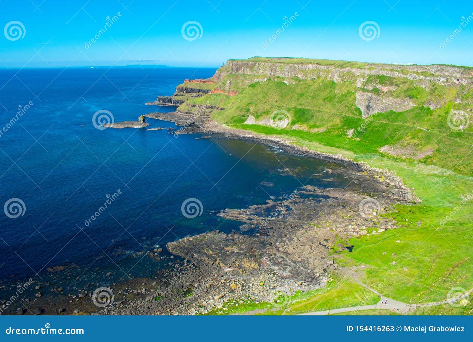 最普遍巨人堤道的鸟瞰图和最著名的地标在北爱尔兰 大西洋和镇静水海岸