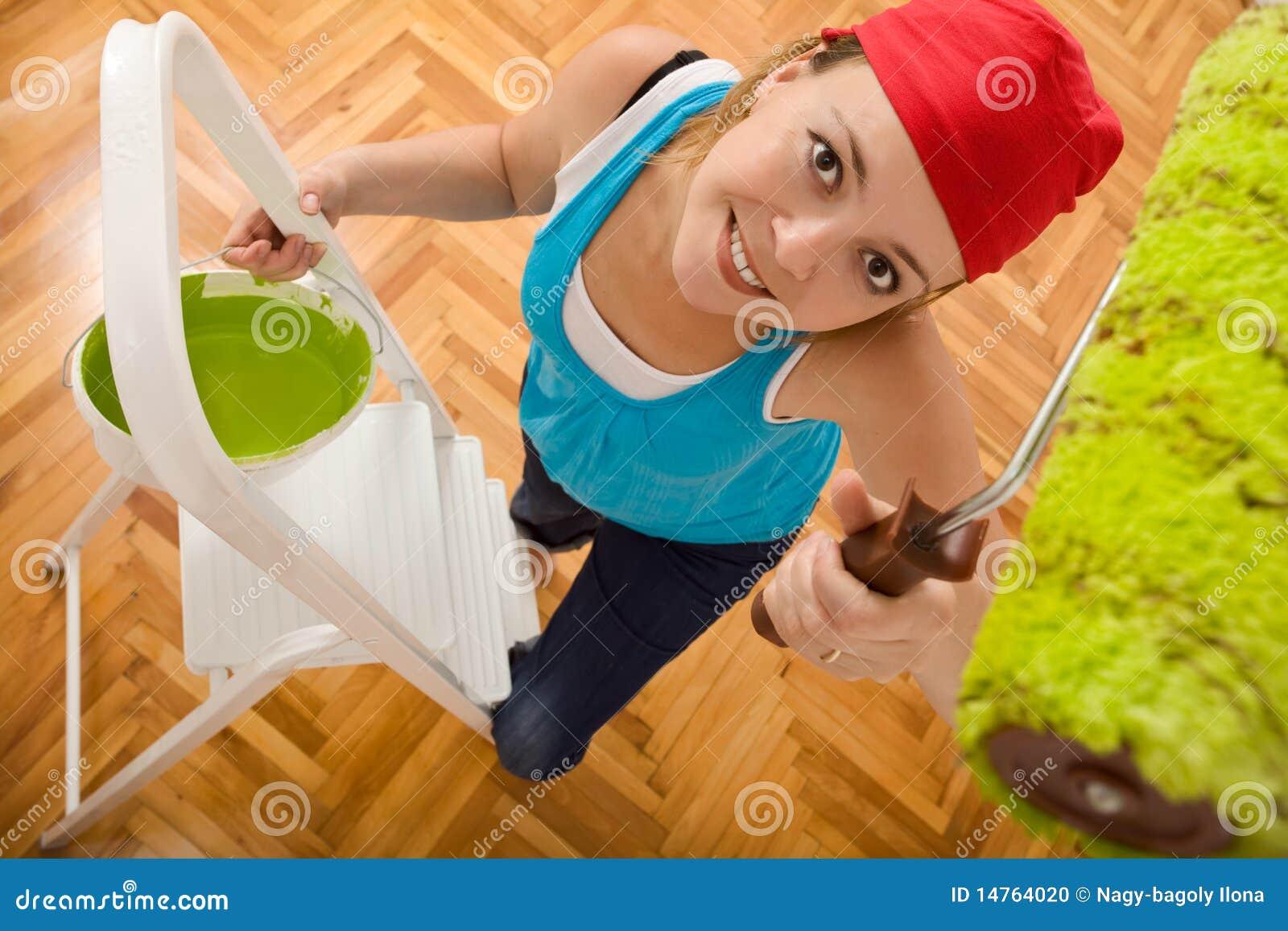 最高限额愉快的梯子绘画妇女