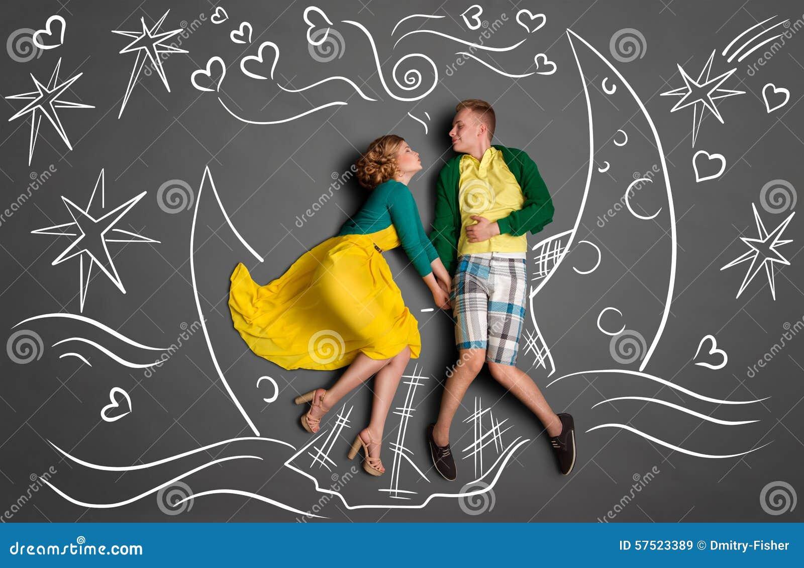 爱情小船小游戏_浪漫夫妇游泳的愉快的华伦泰爱情小说概念在月亮小船,藏品手和亲吻