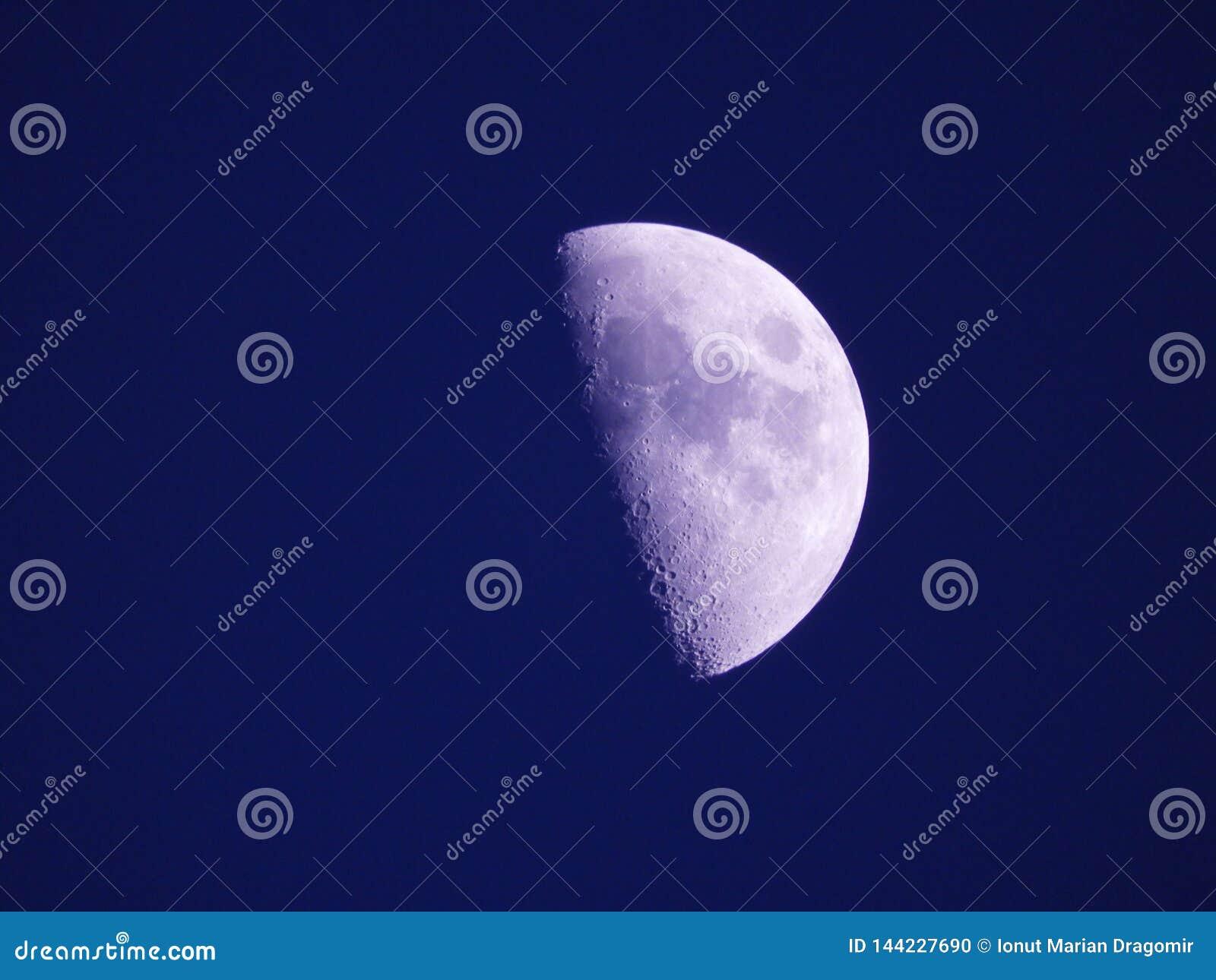 月亮接近的照片夜