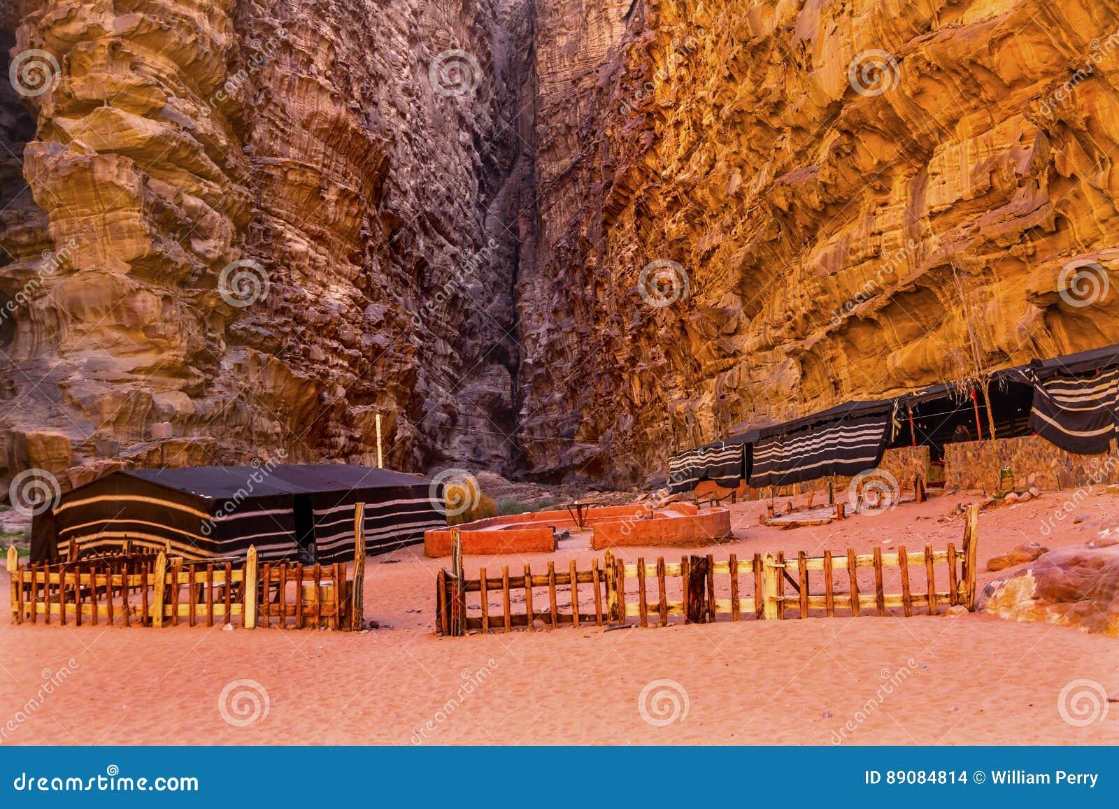 月亮瓦地伦约旦流浪的阵营Barrah Siq谷