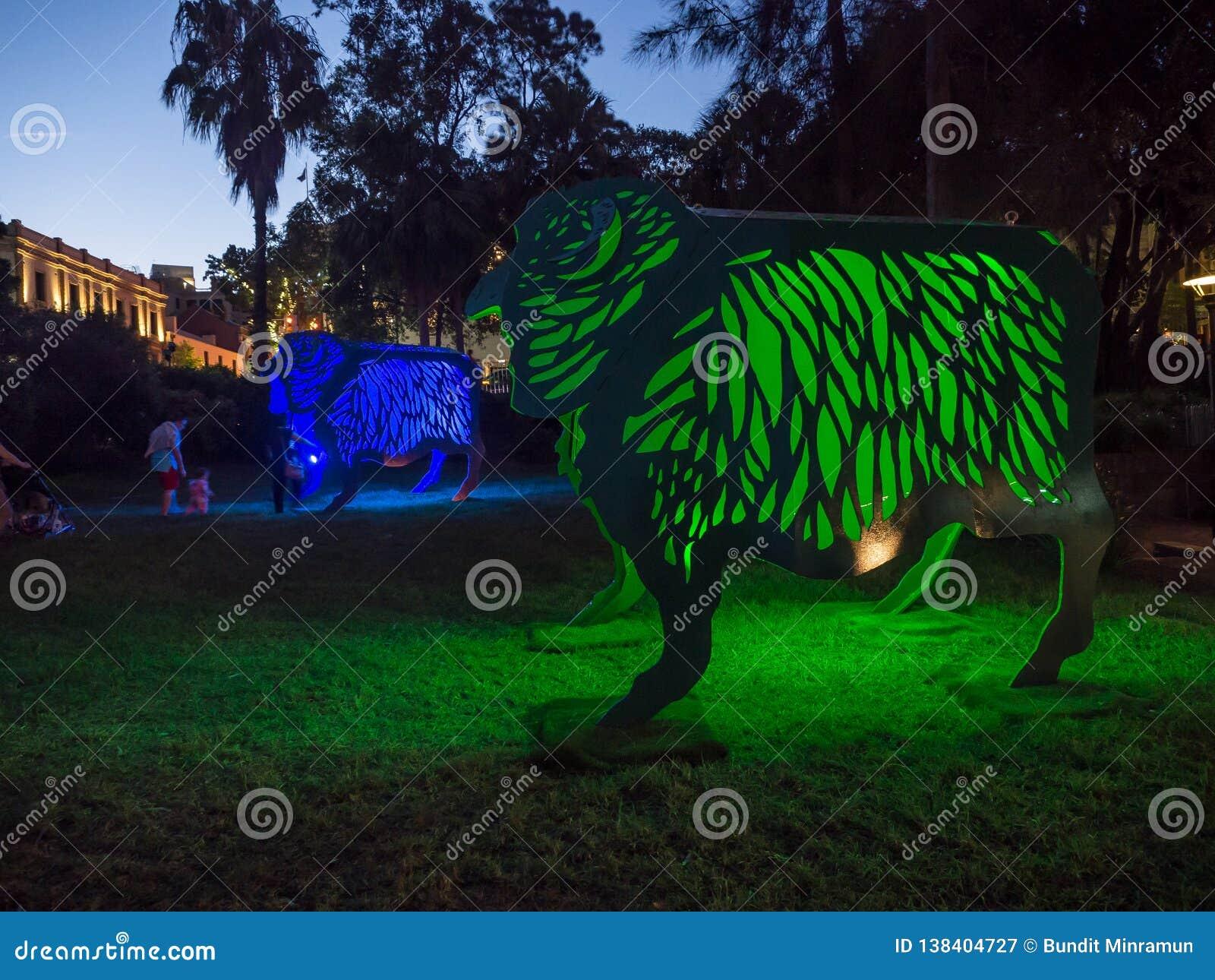 月球灯笼'绵羊'是绵羊的黄道带标志从在环形码头的黄昏将被照亮