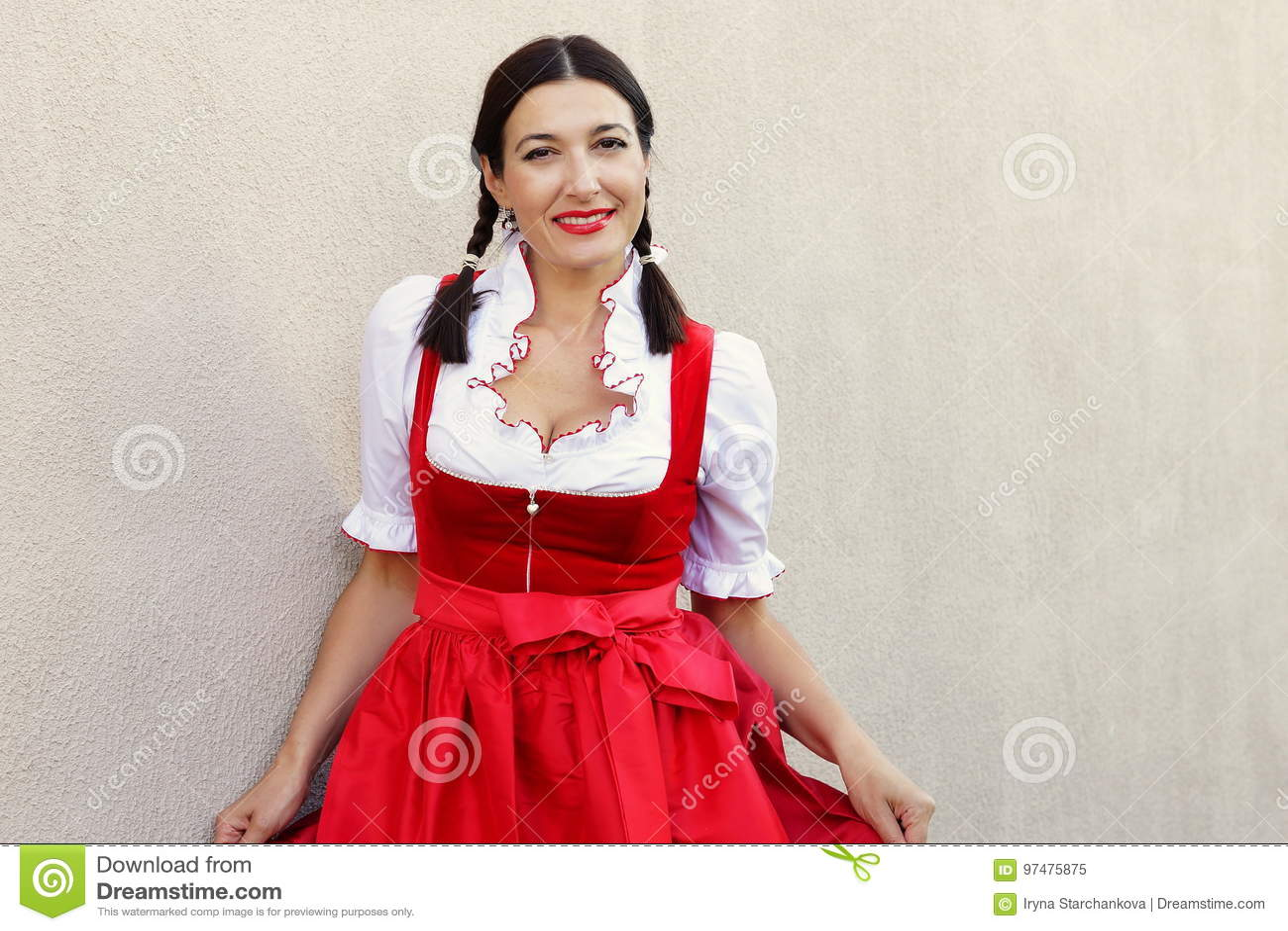 10月费斯特概念 典型的oktoberfest礼服少女装的美丽的德国妇女