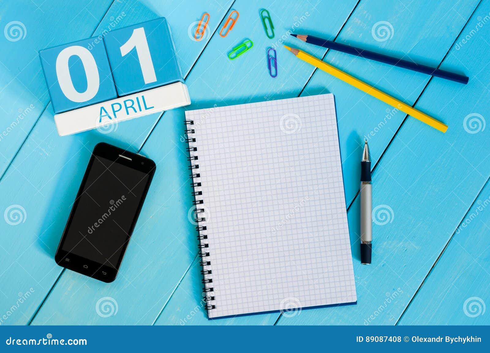4月1日木颜色日历的4月1日图象在蓝色背景的 文本的空的空间 所有傻瓜` s天
