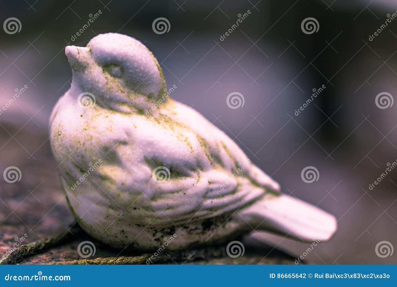 2017年1月22日:装饰一个坟墓的鸟的雕象在Skogsky