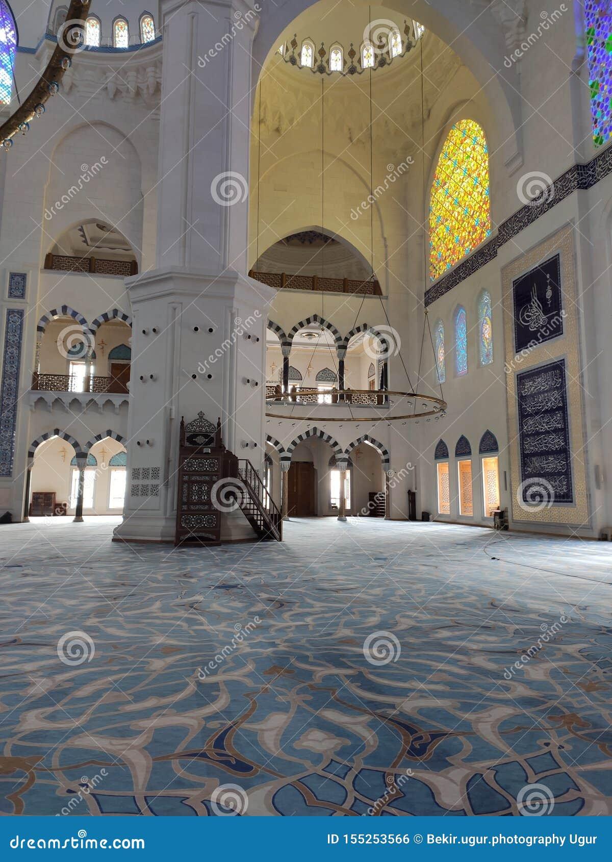 8月04日19日CAMLICA清真寺庭院视图在伊斯坦布尔,土耳其 r