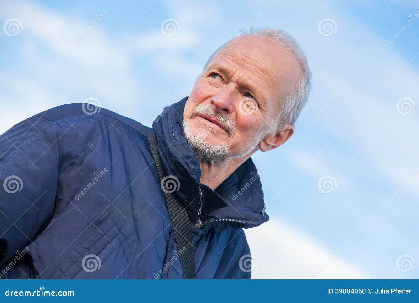 有一个周道的表示的老人