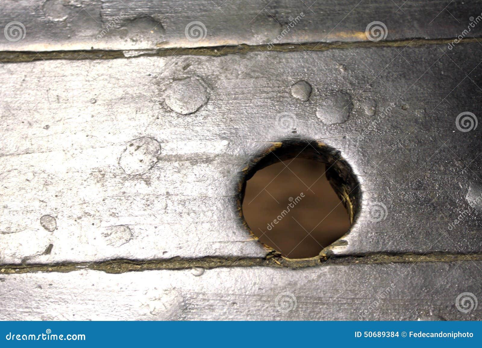 Download 有一个圆孔的木委员会在中部 库存照片. 图片 包括有 漏洞, 板条, 远见, 中间, 楼层, 远期, 目标 - 50689384
