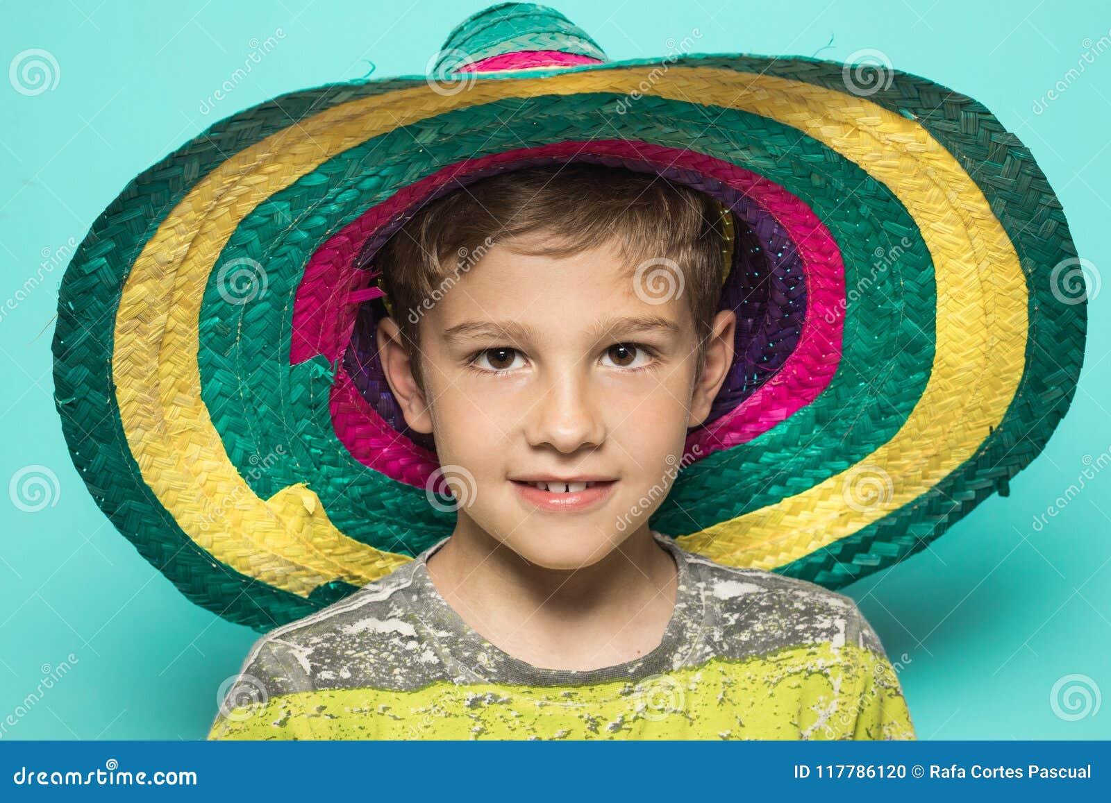 有一个墨西哥帽的孩子