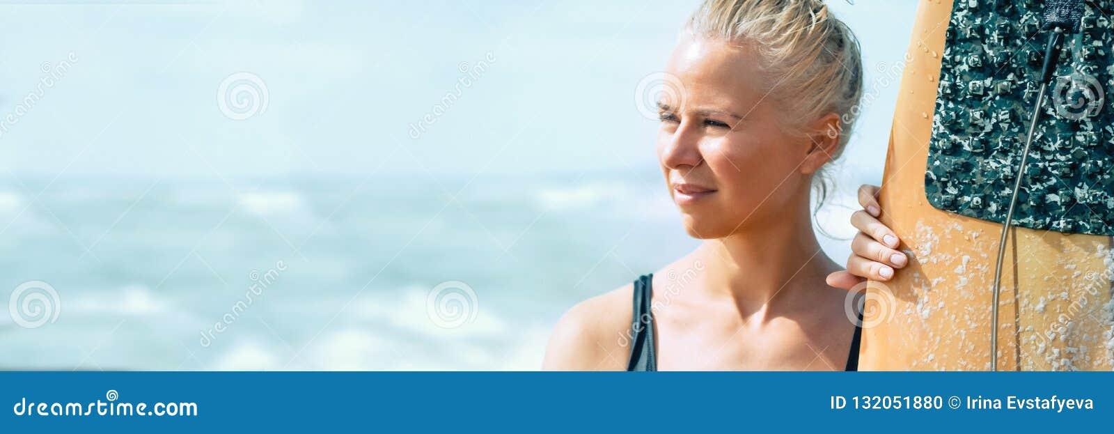 有一个委员会的美丽的运动员女孩冲浪者日出的 海上的暑假,健康生活方式 钞票