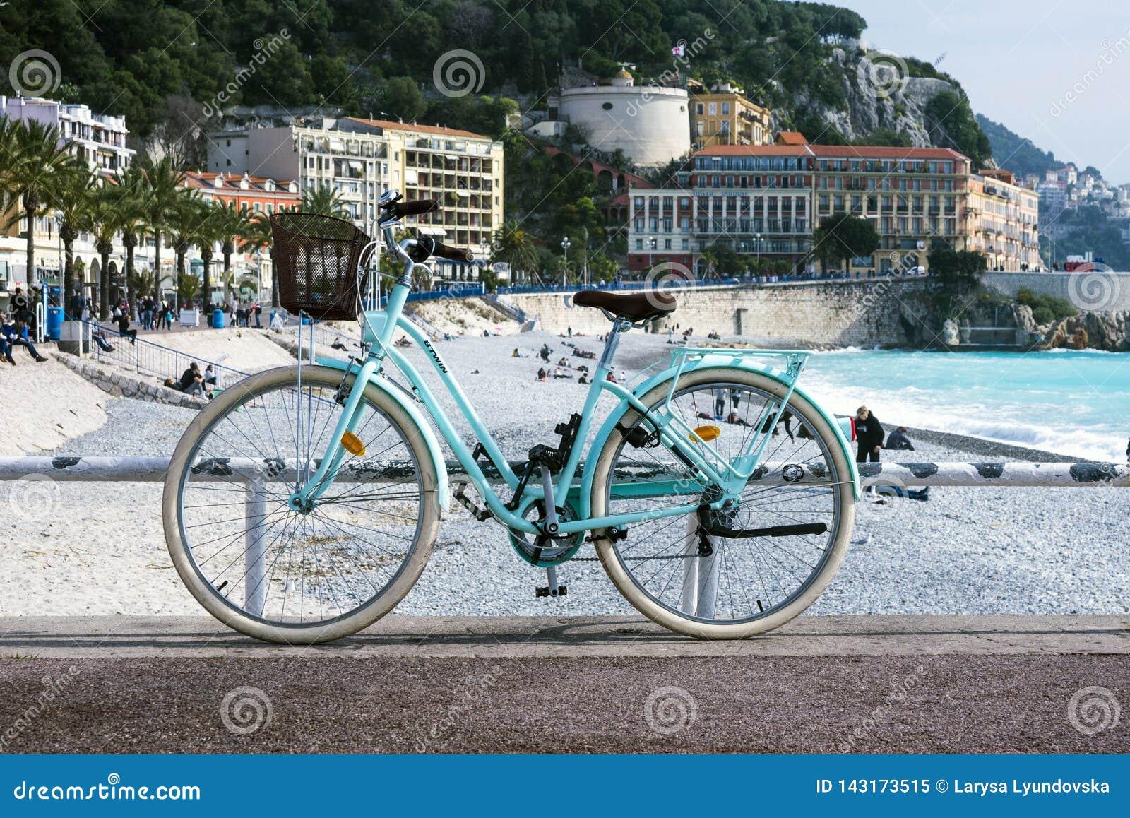 有一个柳条筐的老生锈的自行车在绿松石海的背景