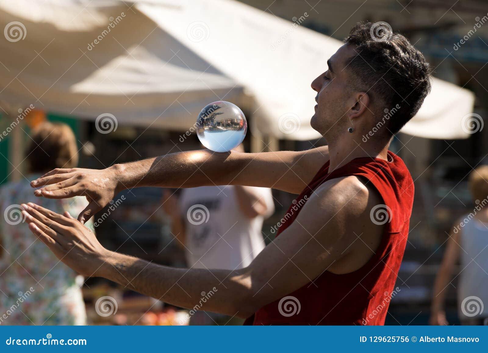 有一个水晶球的不明身份的年轻变戏法者