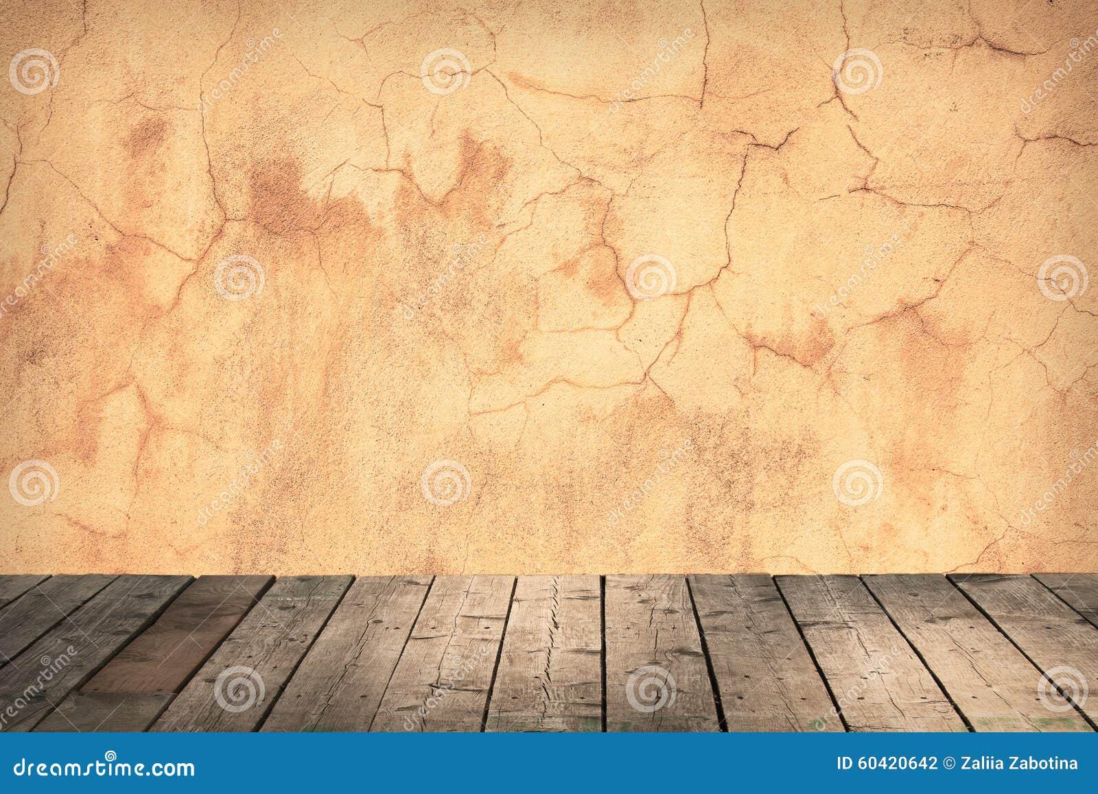 有一个混凝土墙和木地板的室