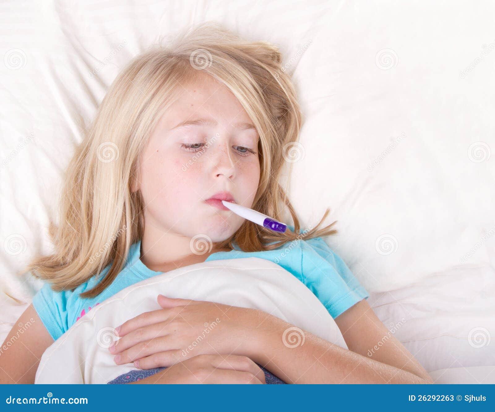 有一个温度计的病的女孩在嘴