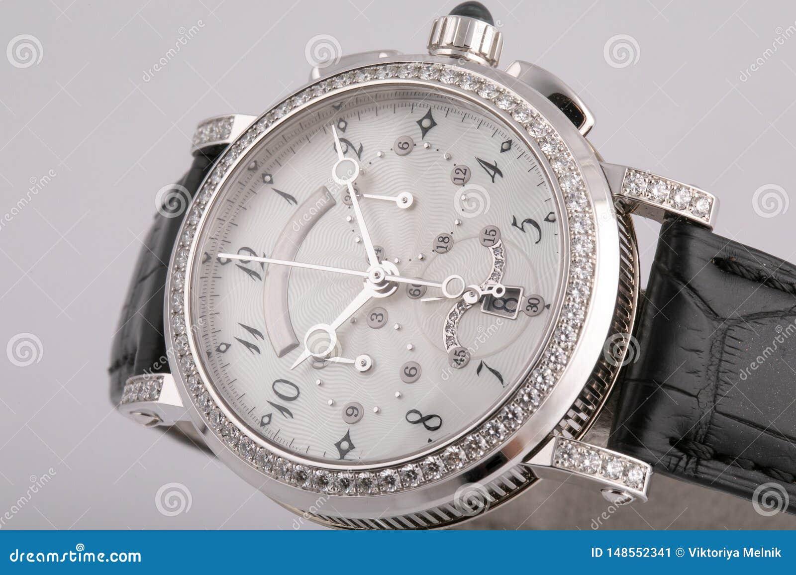 有一个白色拨号盘的女性银色手表,银色顺时针,测时器,秒表,构筑石头,与黑皮带