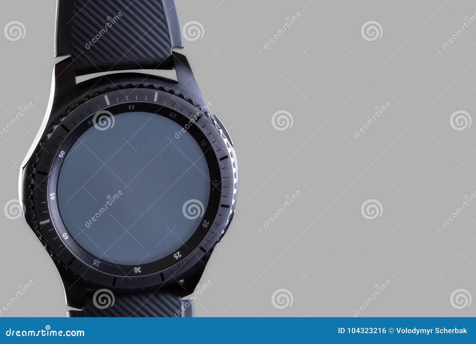 有一个空的拨号盘的巧妙的手表在灰色背景