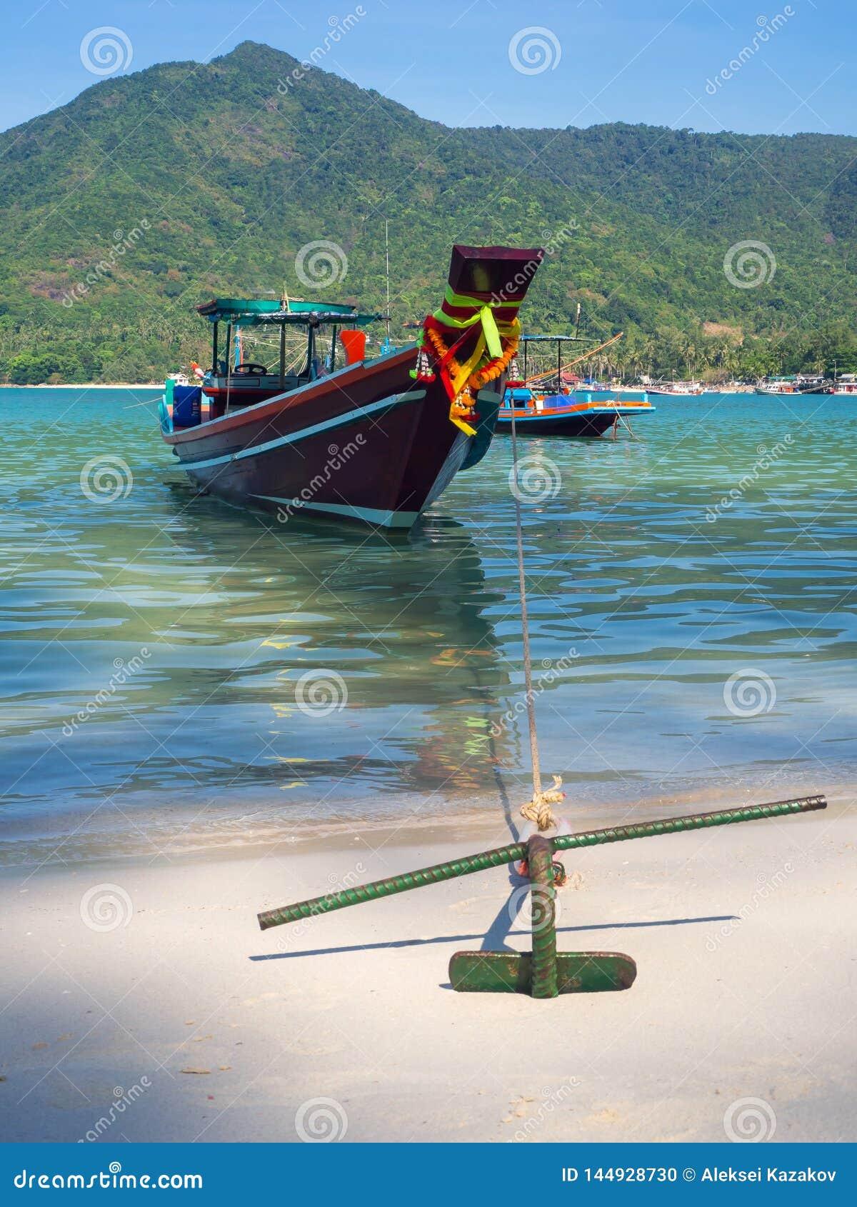 有一个船锚的汽船在海岛附近