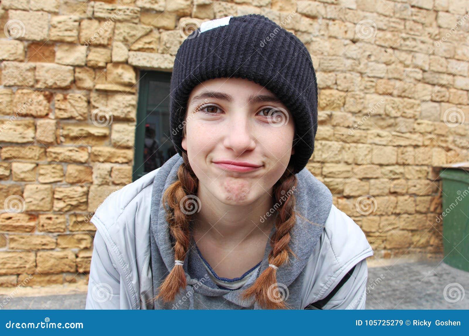 有一个被编织的帽子的一个十几岁的女孩