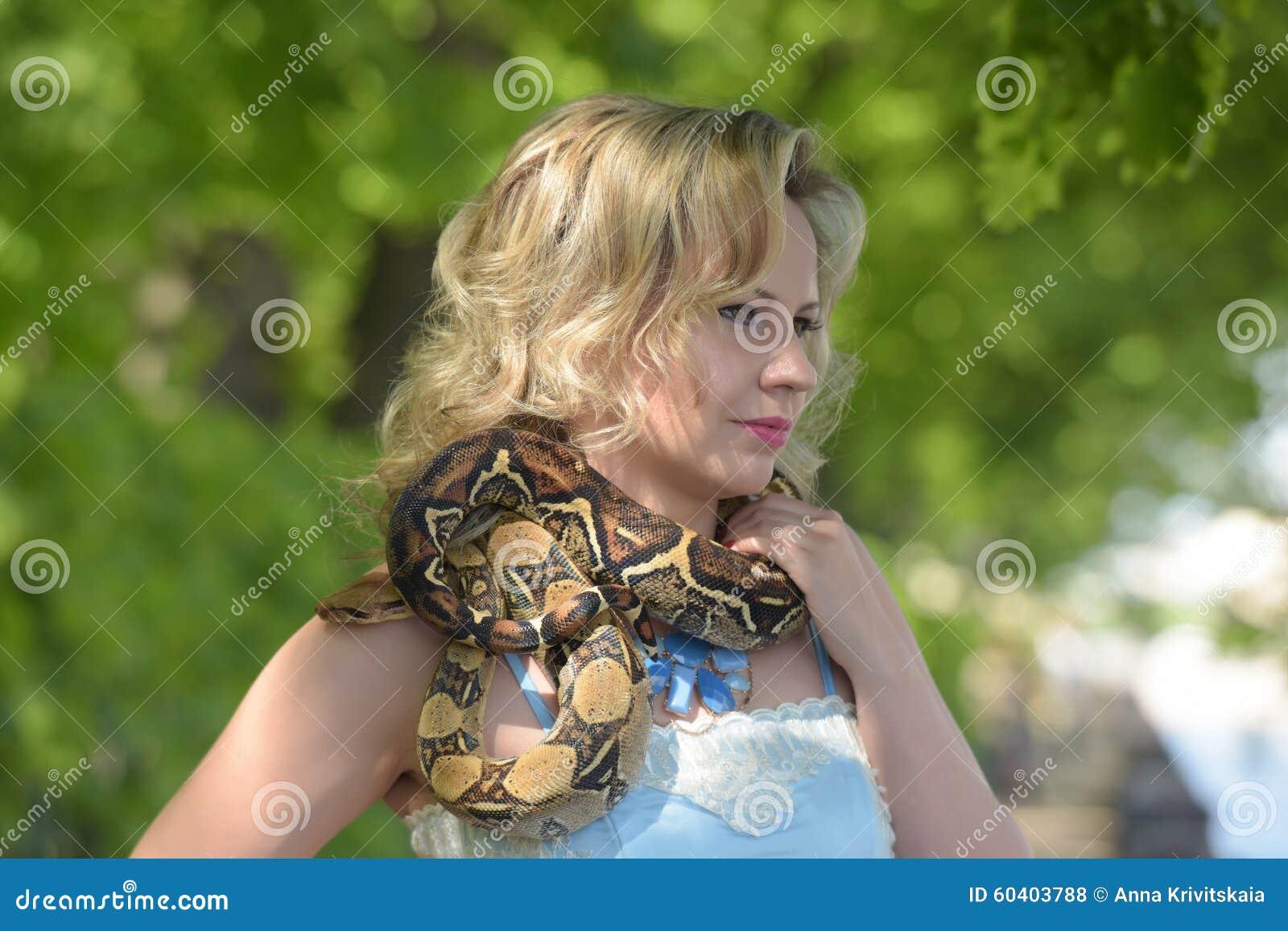有一个Python的白肤金发的妇女在手上