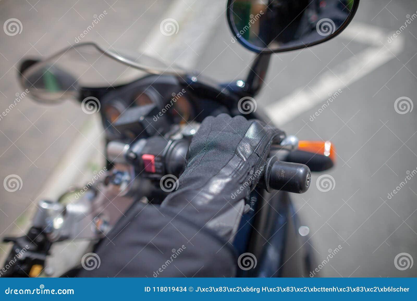 有一件黑盔甲的妇女在摩托车