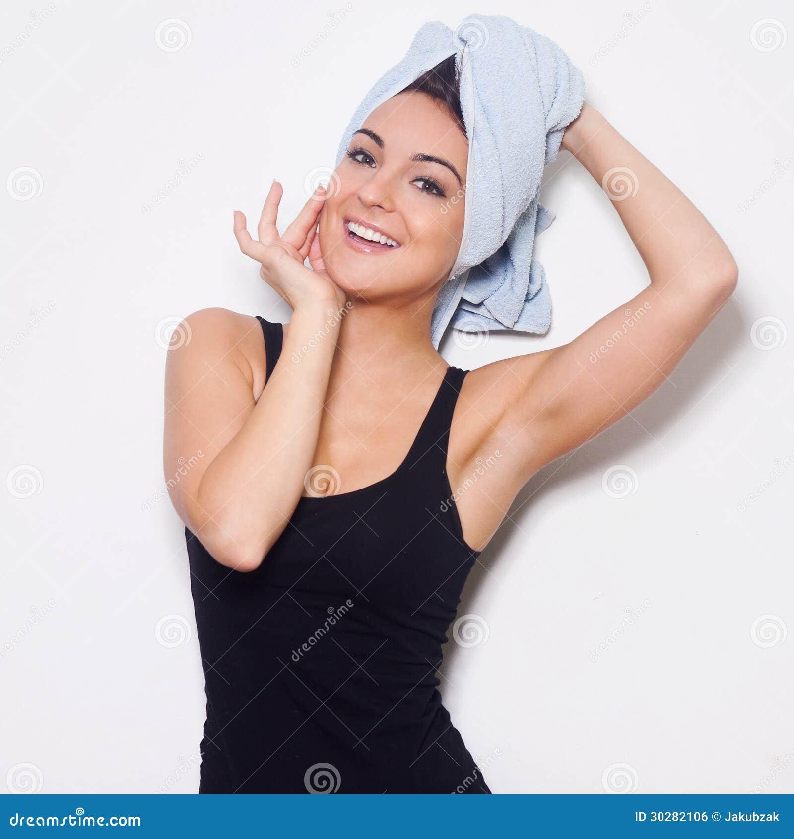 有一块毛巾的年轻可爱的女孩在她的头。