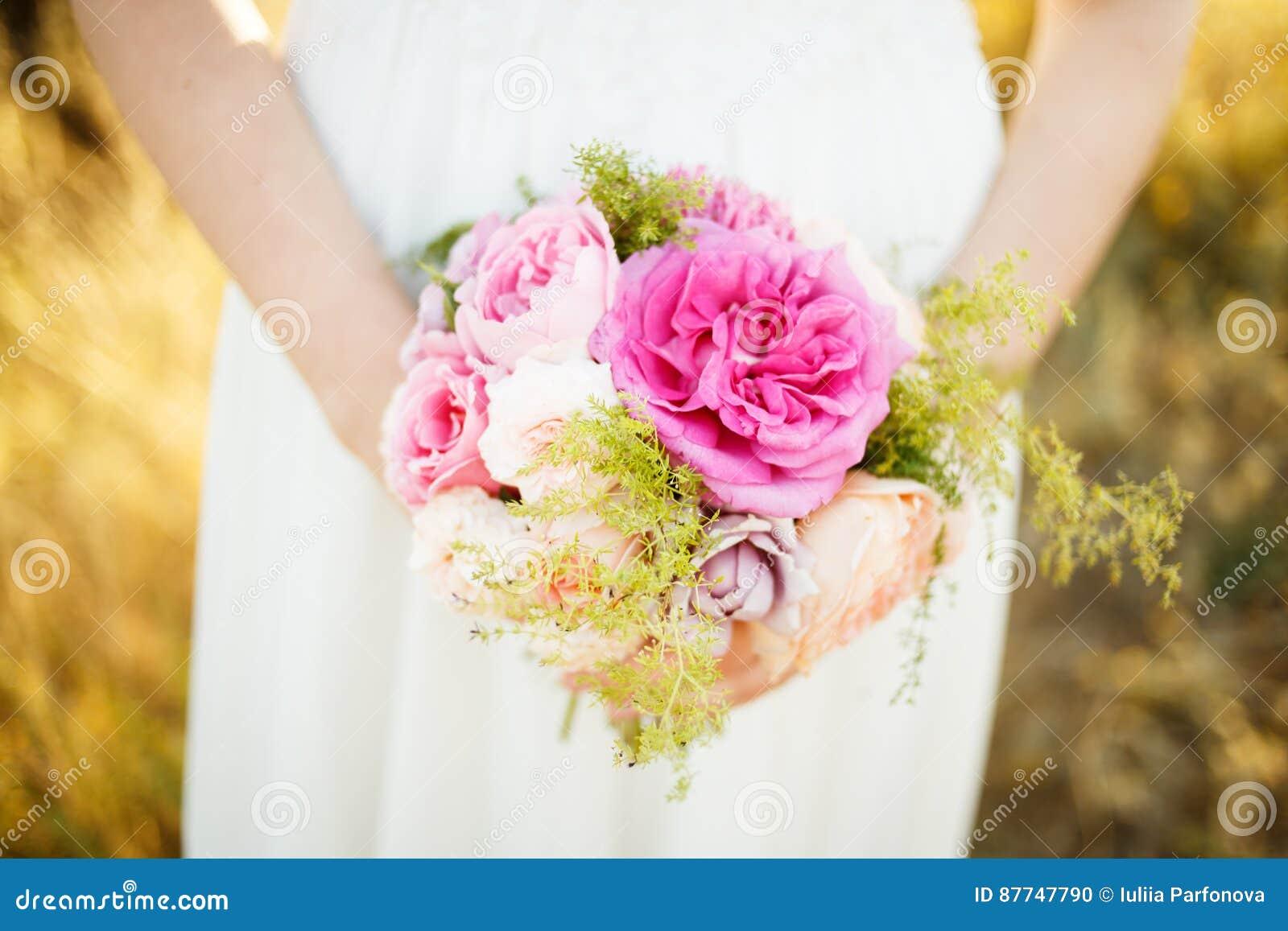 有一朵花的艺术女孩在手上