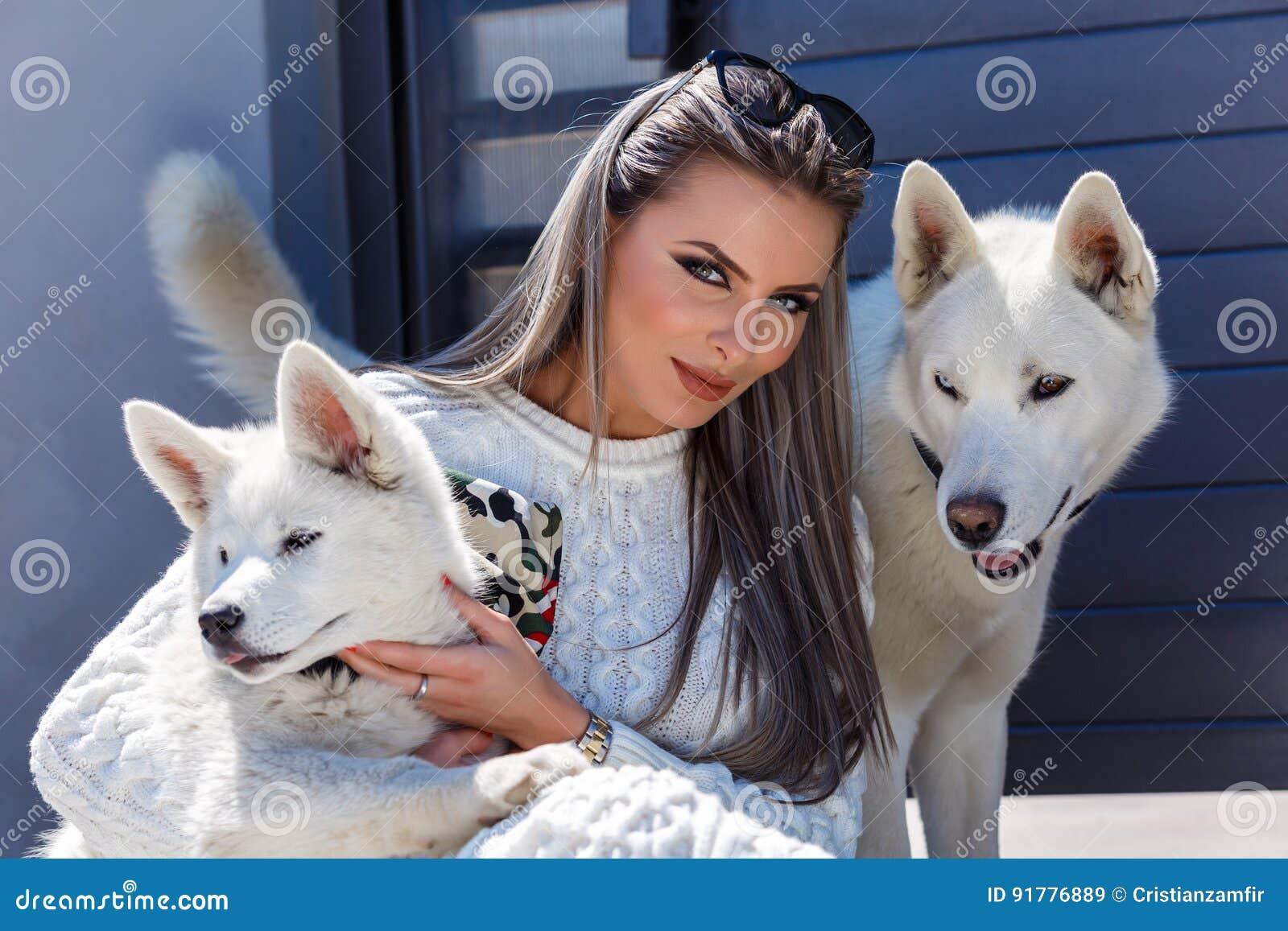 有一条美丽的多壳的狗的妇女
