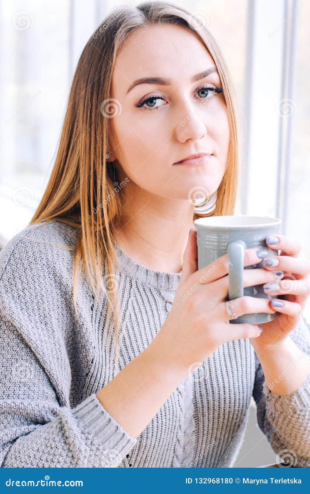 有一杯咖啡的女孩或茶