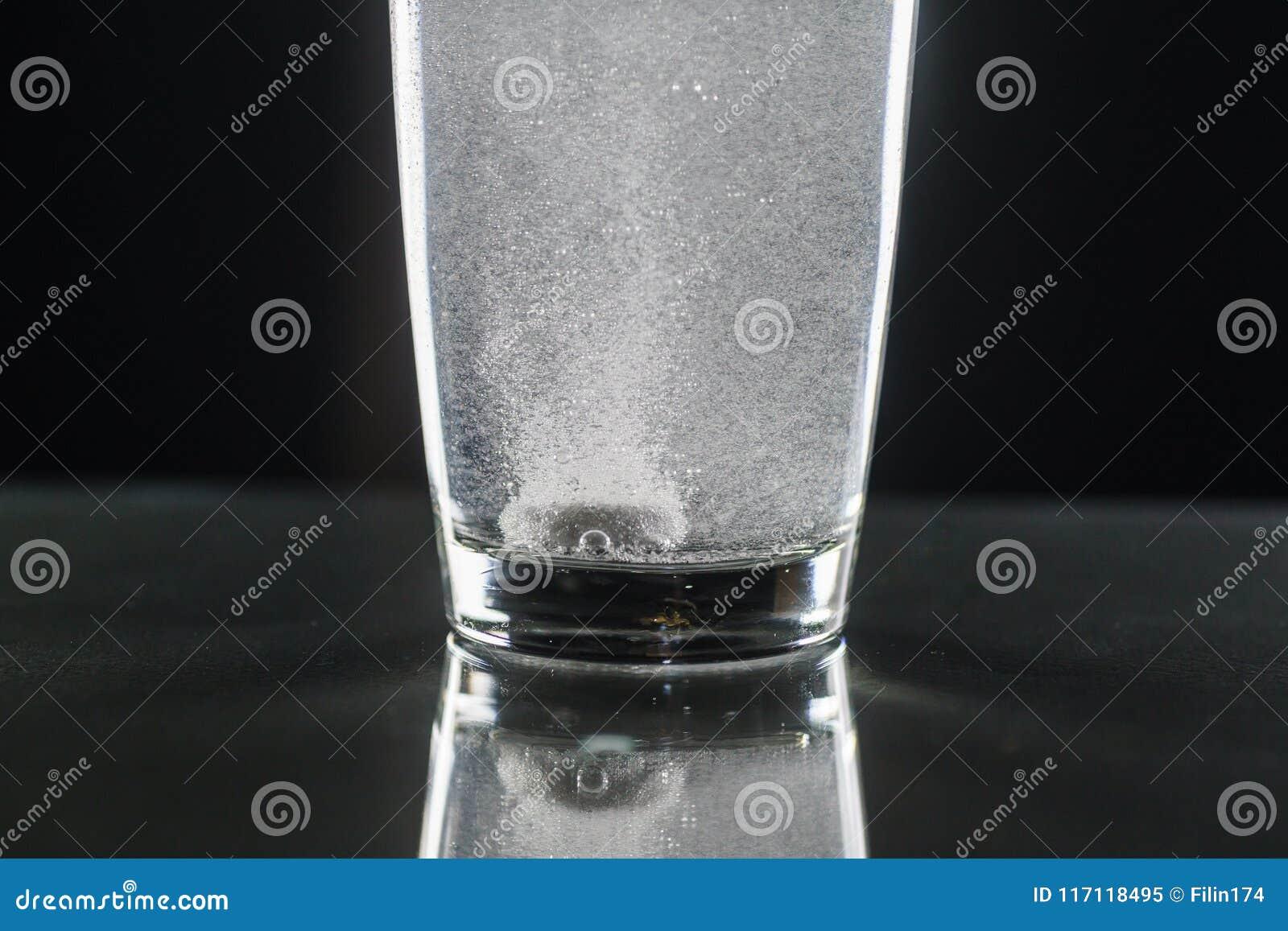 有一杯的冒泡片剂水