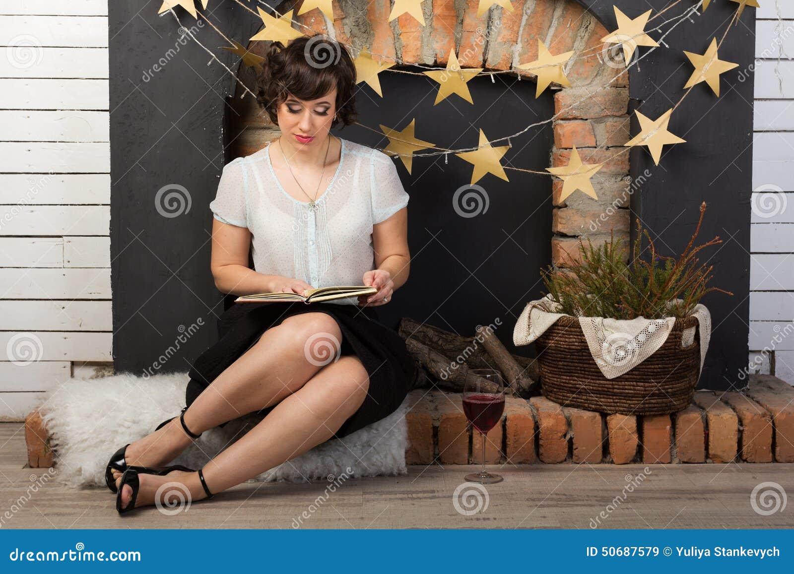 Download 有一杯的妇女酒 库存图片. 图片 包括有 微笑, 葡萄酒, 全能, 酒精, 减速火箭, 想知道, 污点, 认为 - 50687579