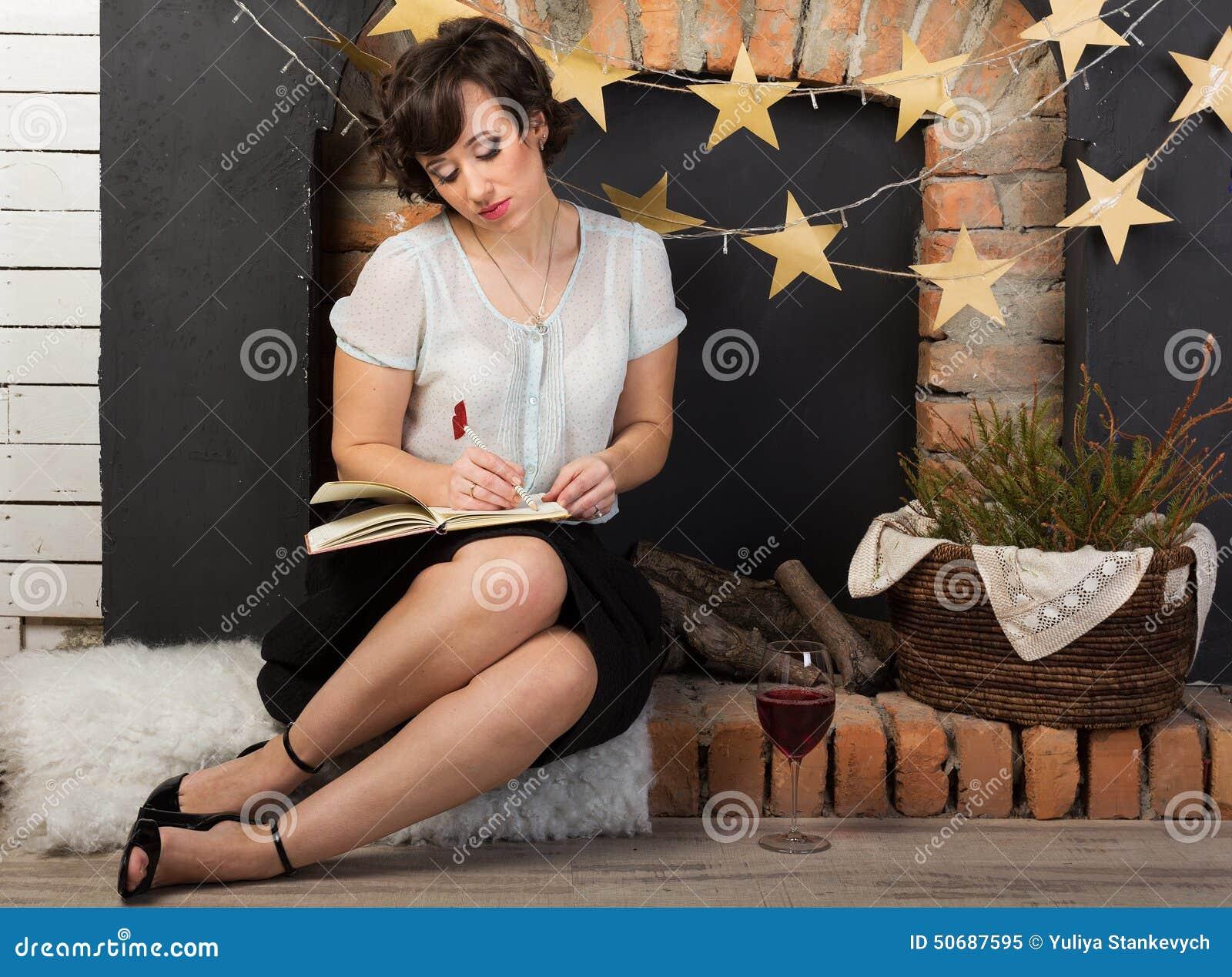 Download 有一杯的妇女酒 库存图片. 图片 包括有 发型, 认为, 星形, 红色, 减速火箭, 想知道, 日志, 污点 - 50687595