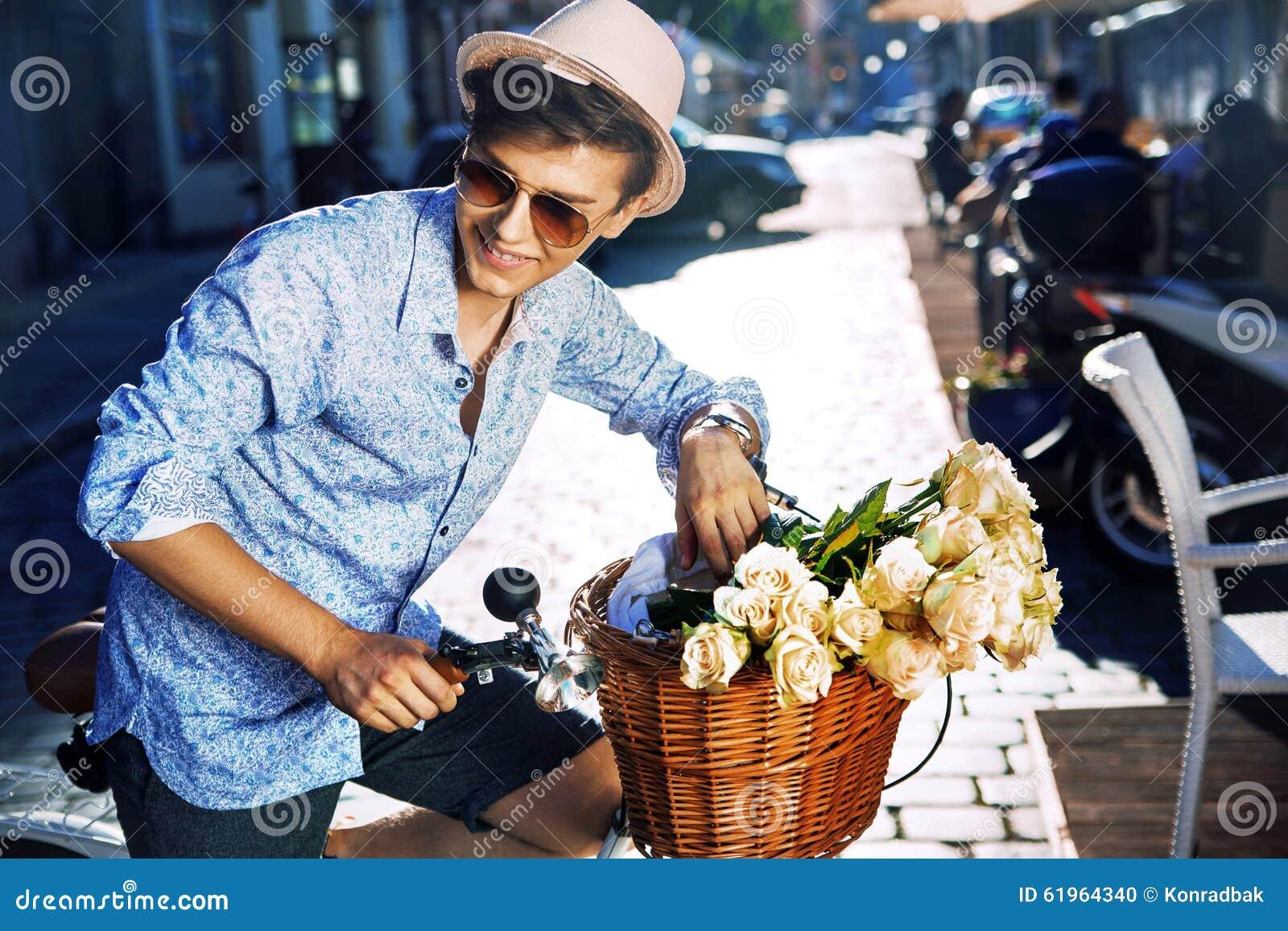 有一辆时髦的自行车的英俊的年轻人