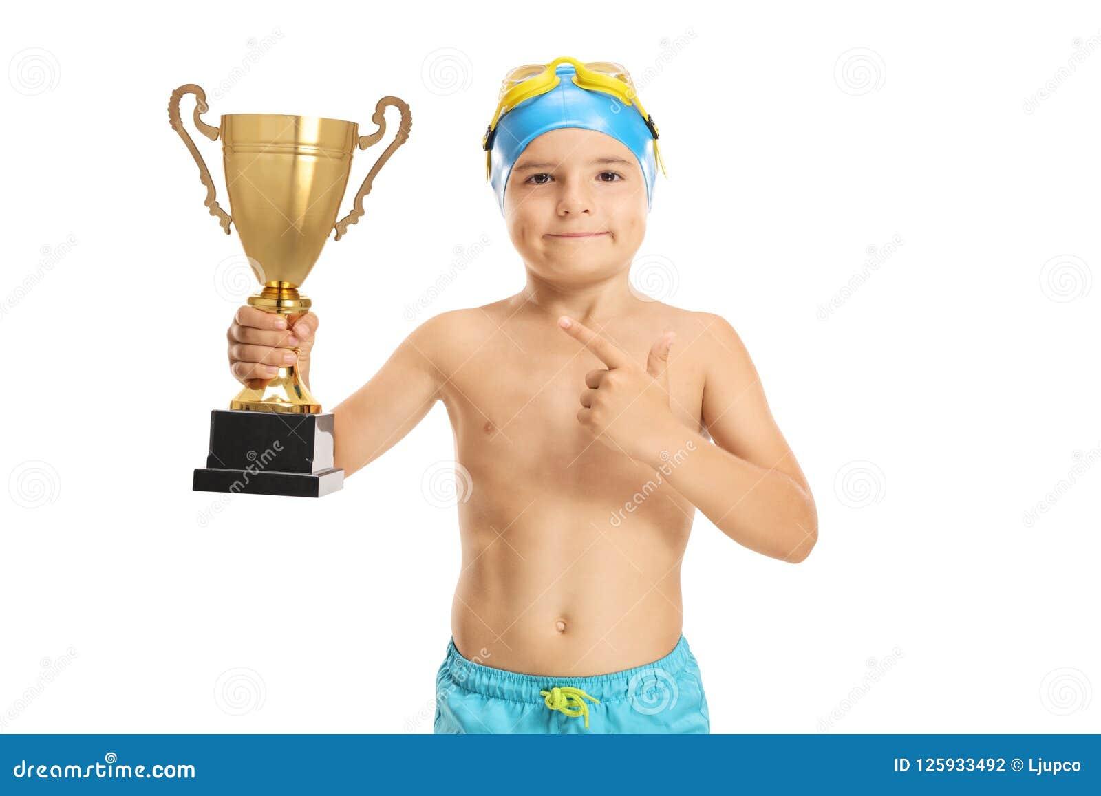 有一金黄战利品指向的年轻男孩游泳者