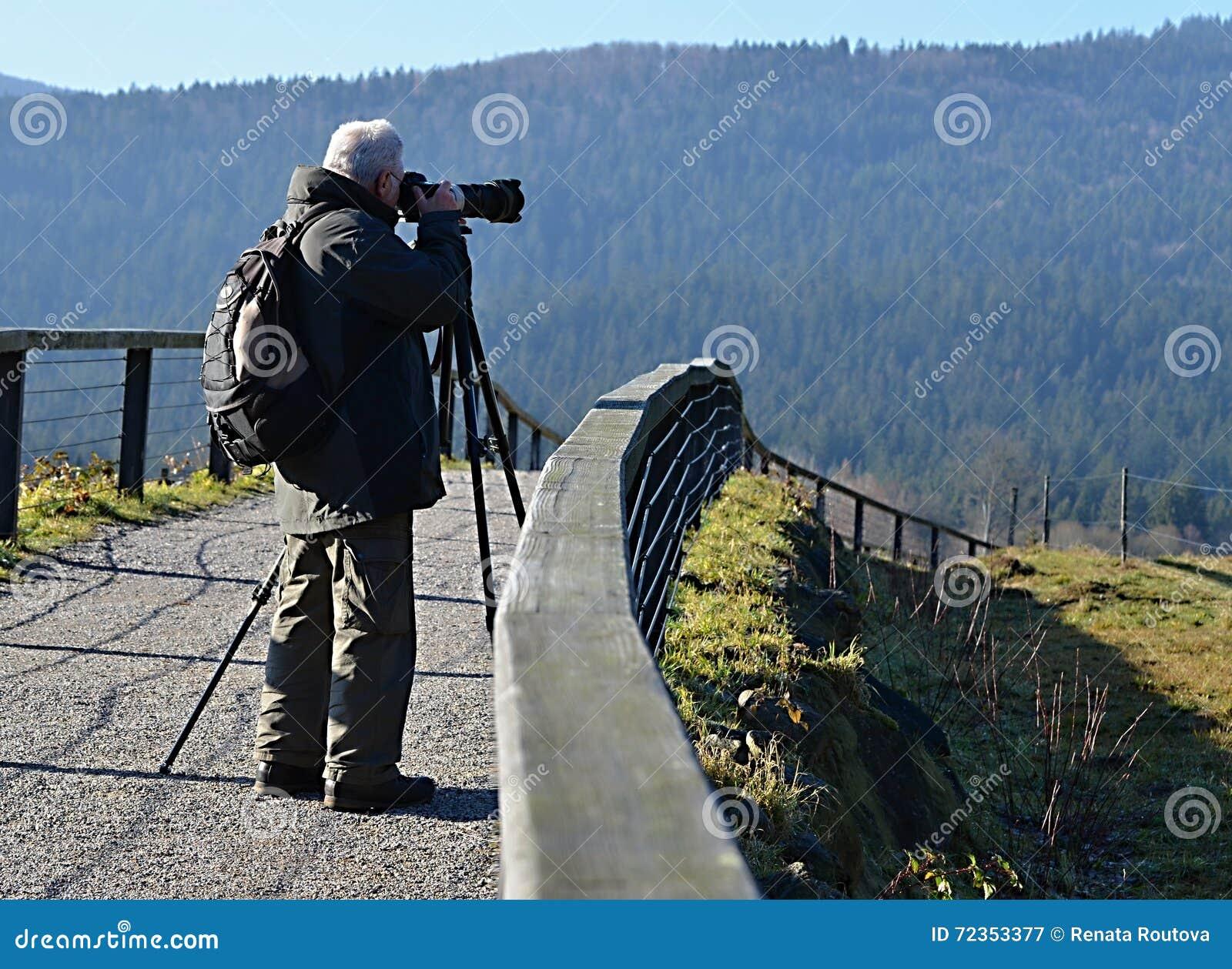 有三脚架的摄影师