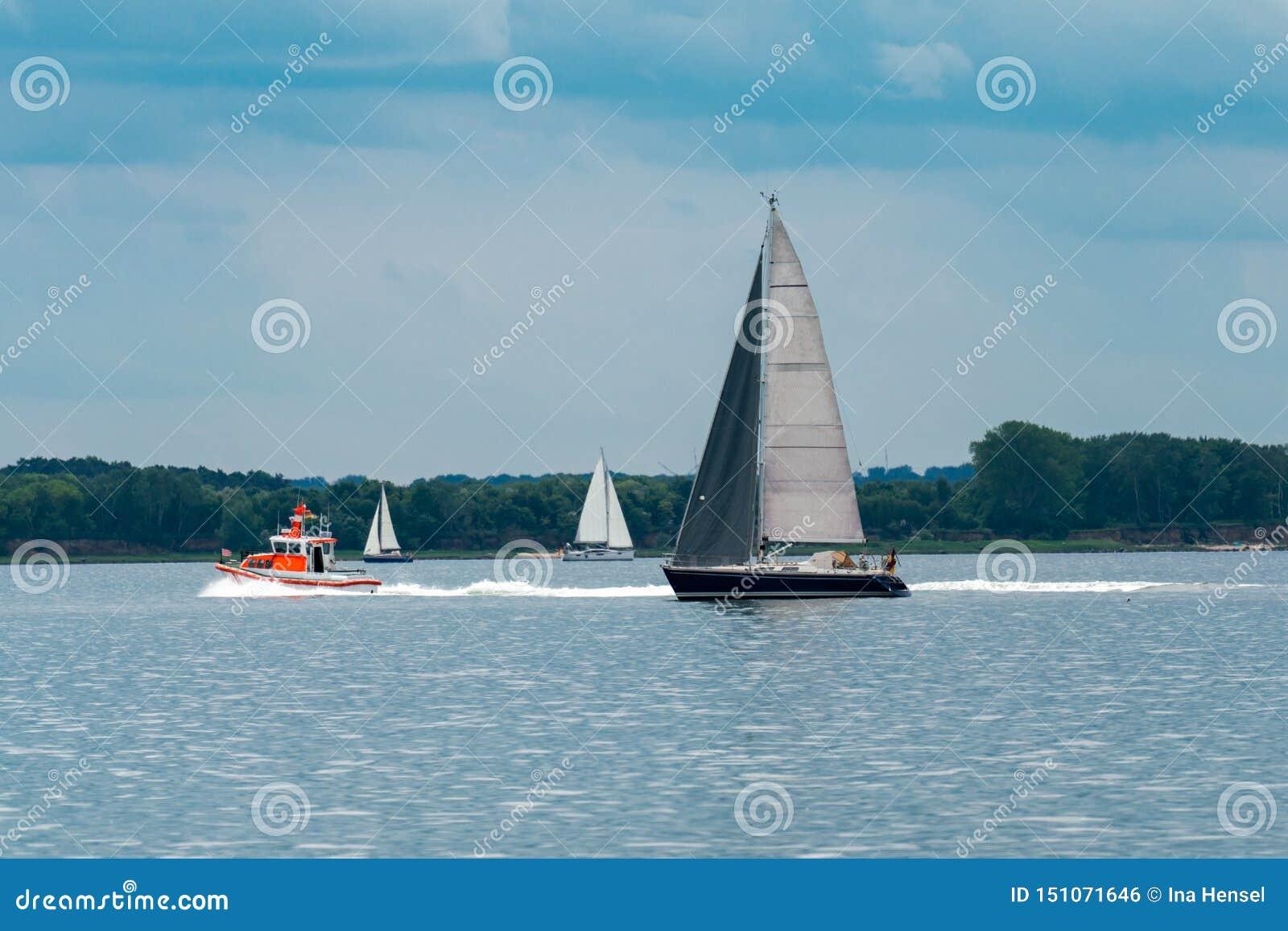 有三艘帆船和救生艇的海全景
