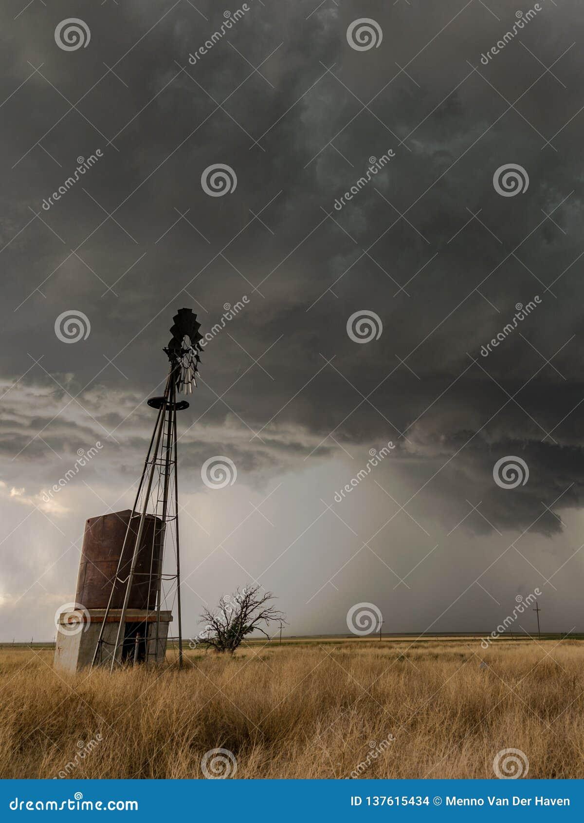 有不祥的看的雷暴的得克萨斯风车在背景中
