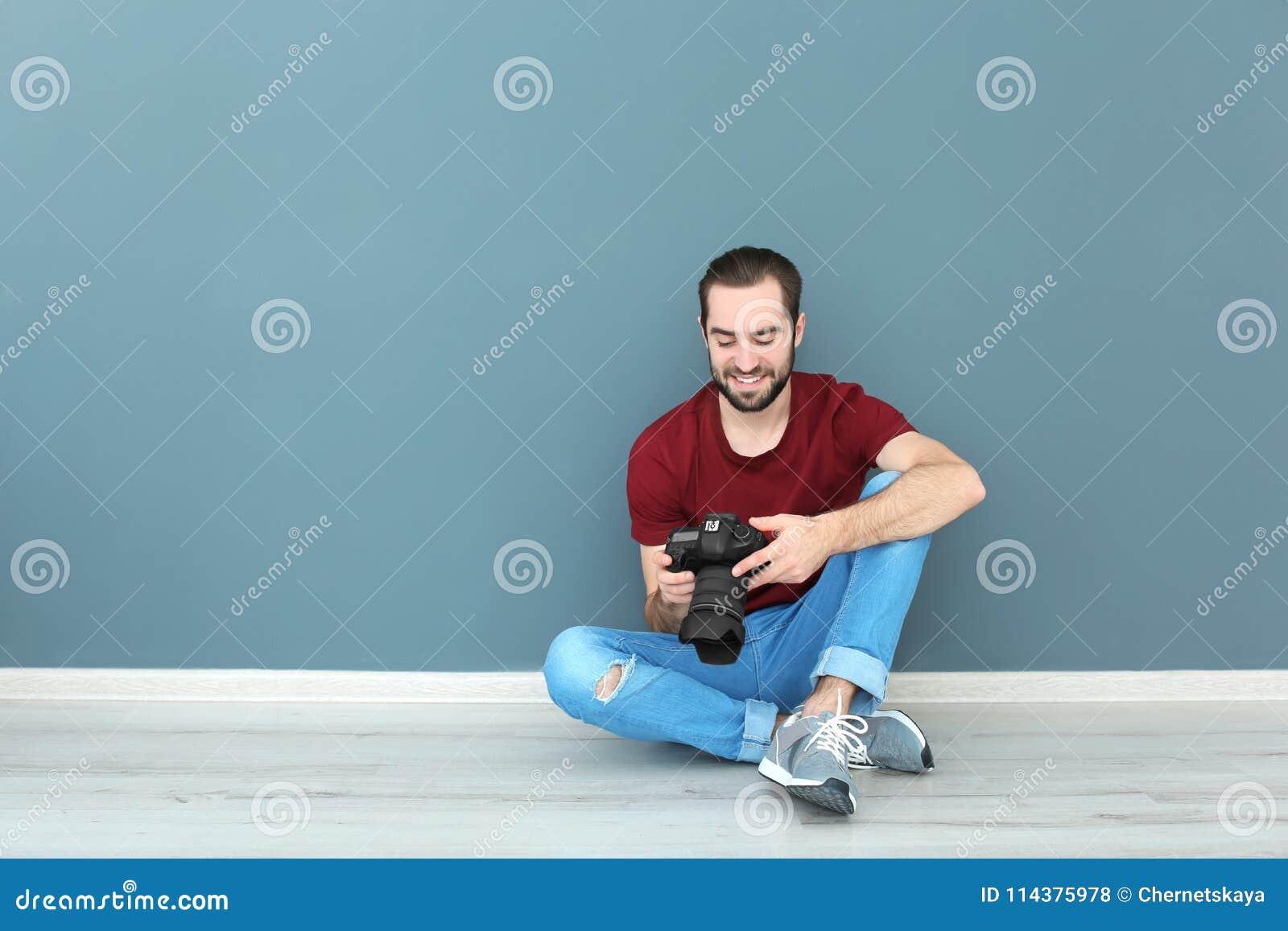 有专业照相机的年轻摄影师