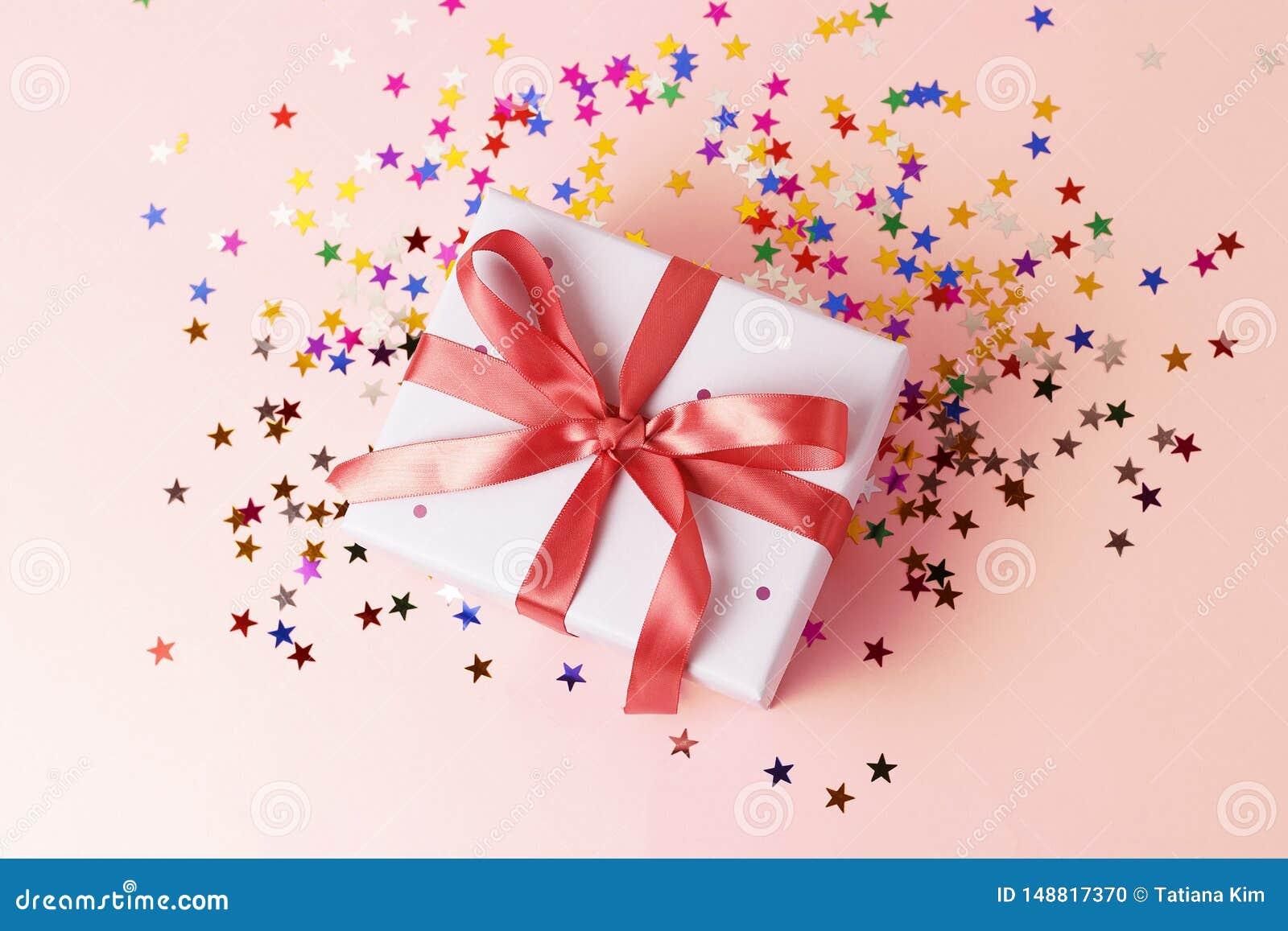 有丝带的礼物盒在桃红色背景特写镜头,顶视图