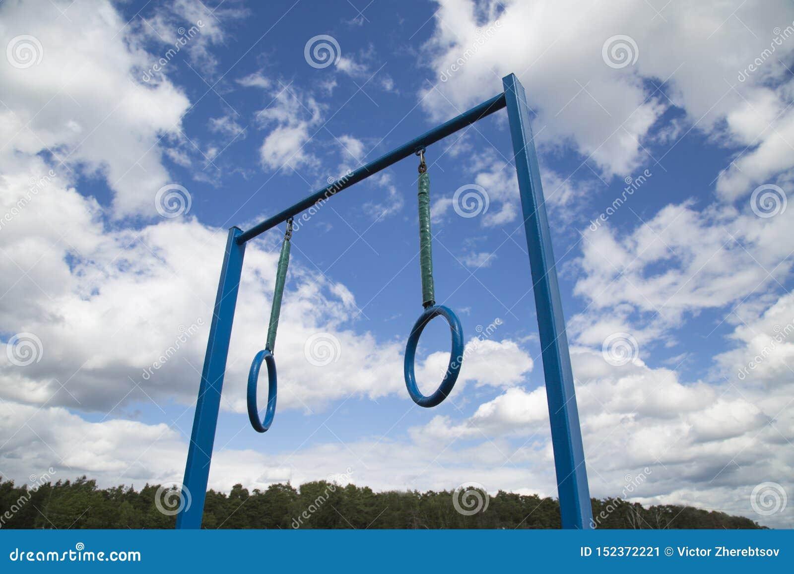 有两个圆环的运动器材标志横线在天空蔚蓝云彩森林的背景