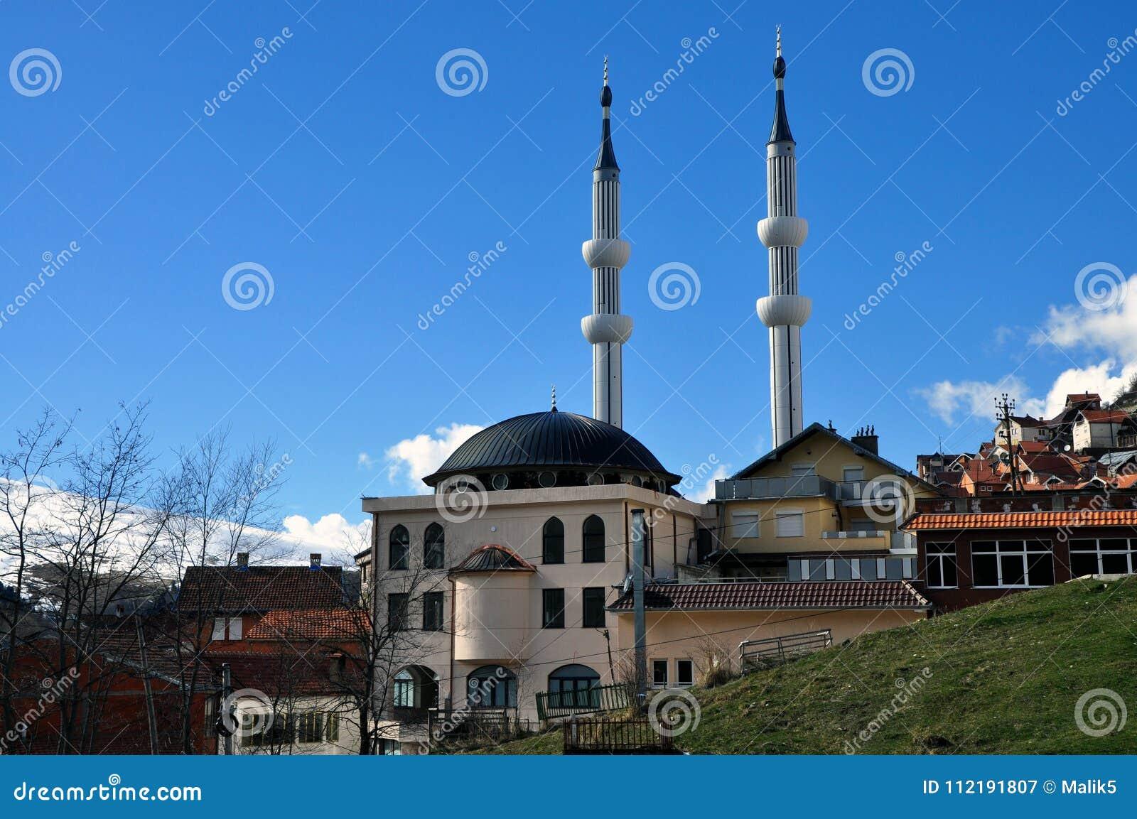 有两座尖塔的新的清真寺在Restelica村庄