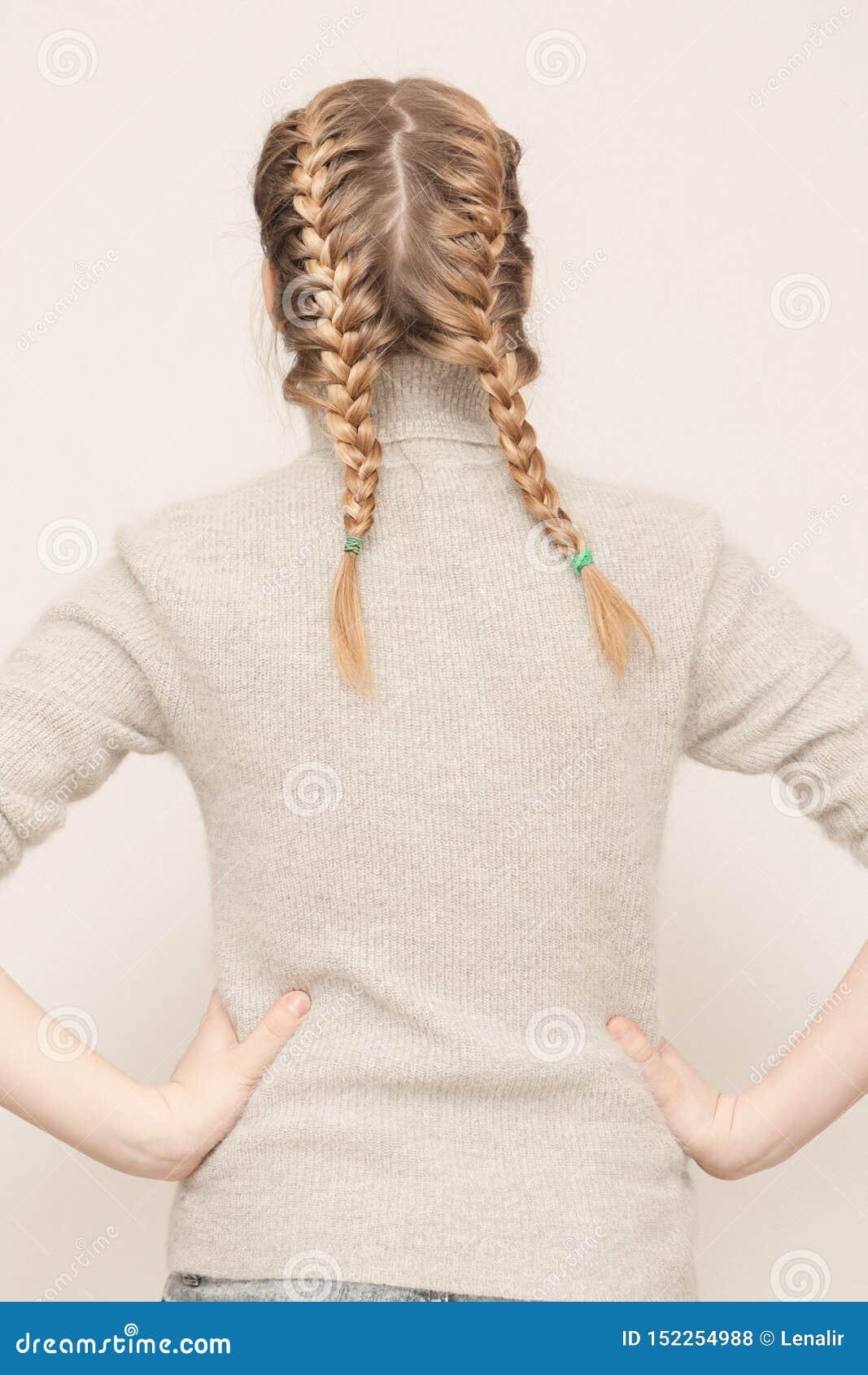 有两条辫子的少女