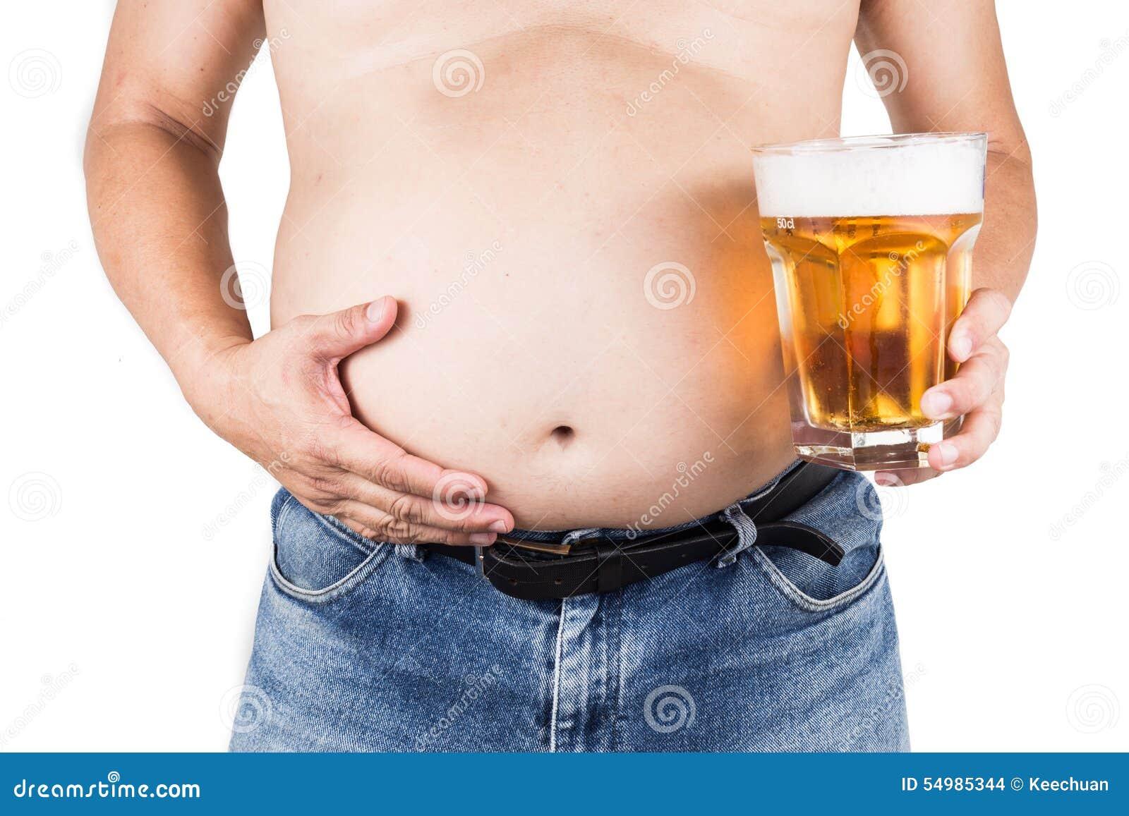 有举行刷新的大腹部的肥胖人冰镇啤酒玻璃
