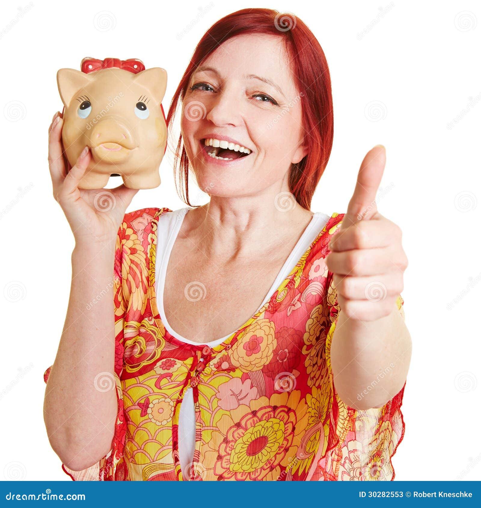 有存钱罐藏品的妇女
